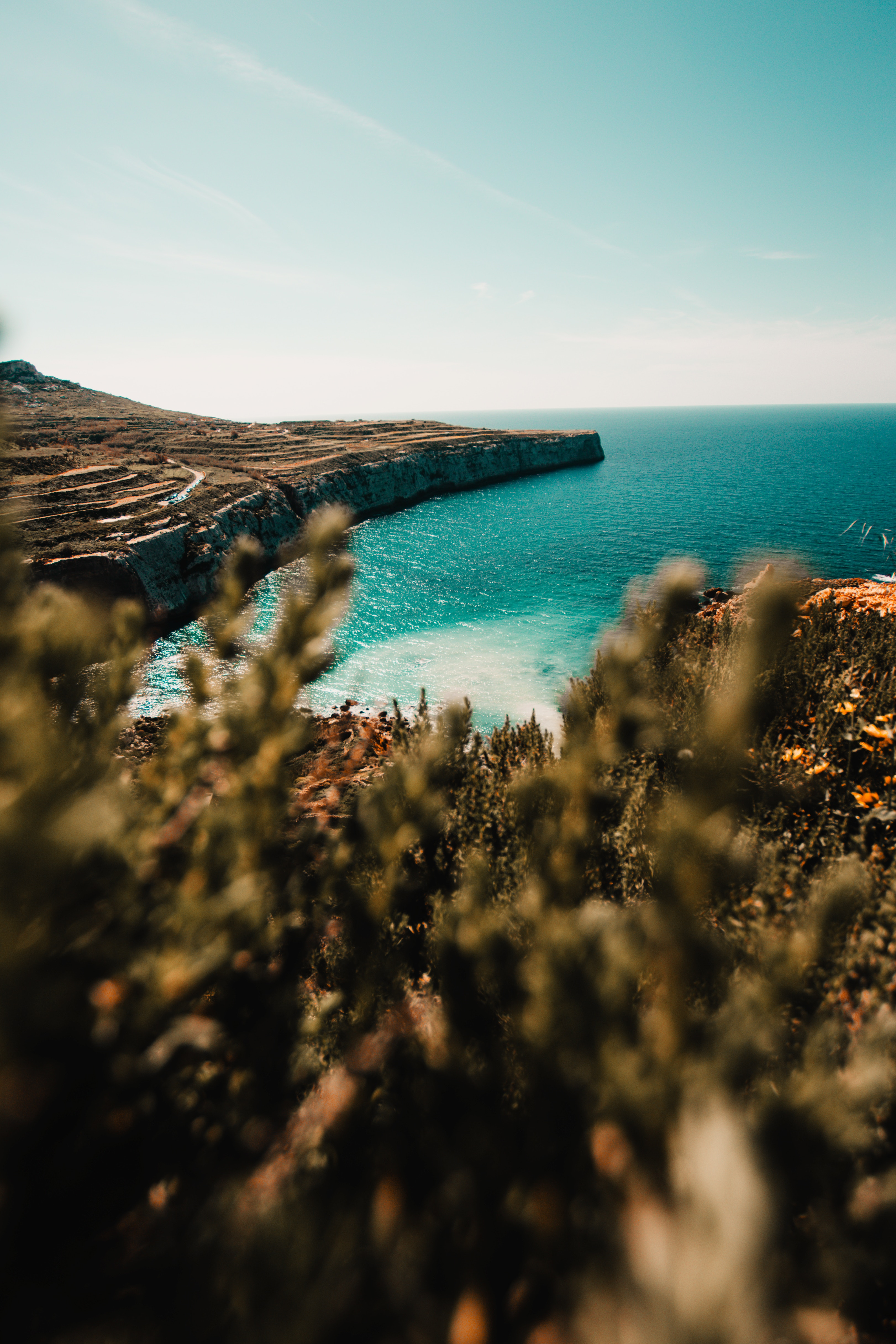 74411 скачать обои Природа, Берег, Море, Утес, Каменный, Вода, Растения - заставки и картинки бесплатно