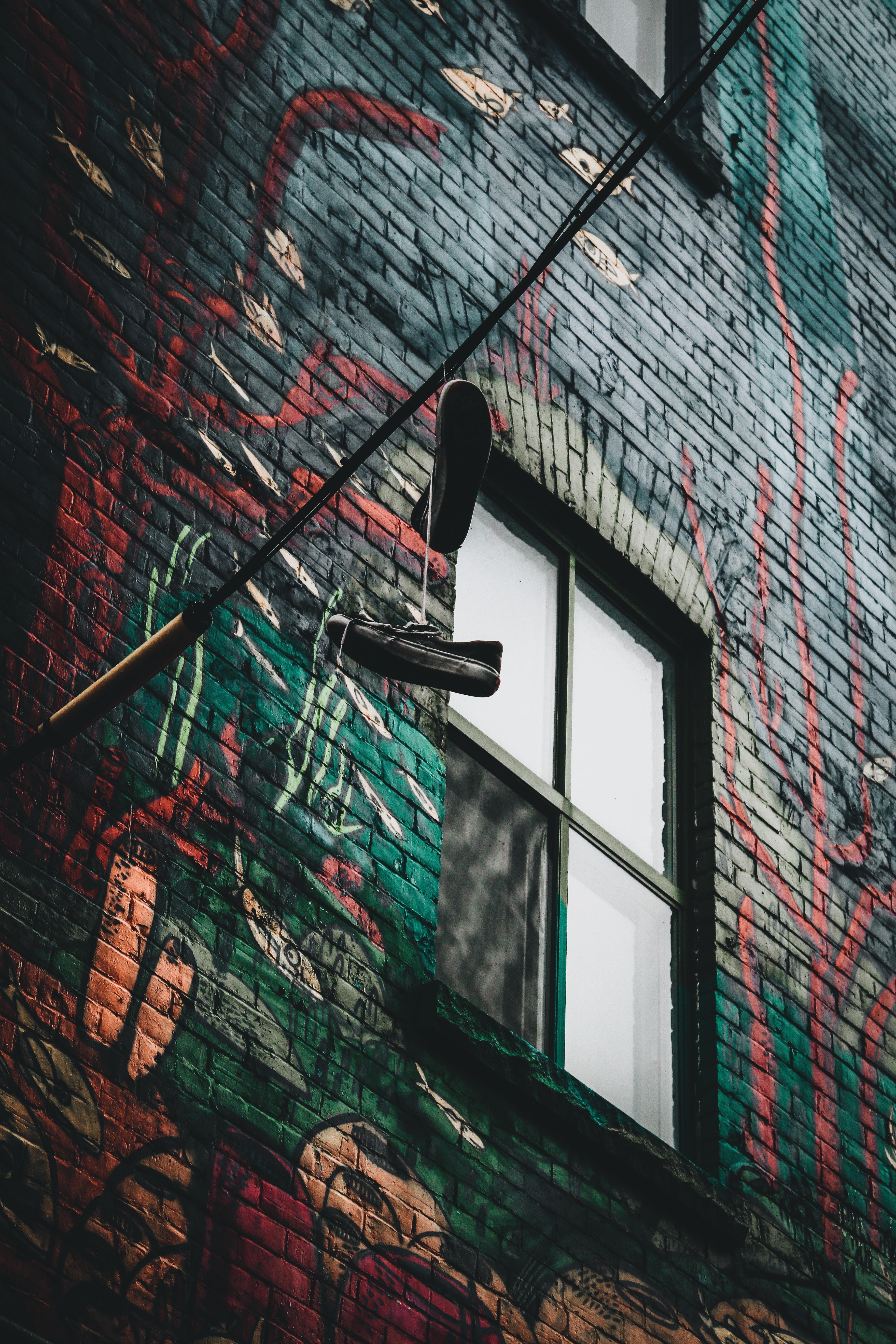 53943 Hintergrundbild herunterladen Verschiedenes, Sonstige, Turnschuhe, Wand, Fenster, Graffiti, Schuhe, Drähte, Draht - Bildschirmschoner und Bilder kostenlos