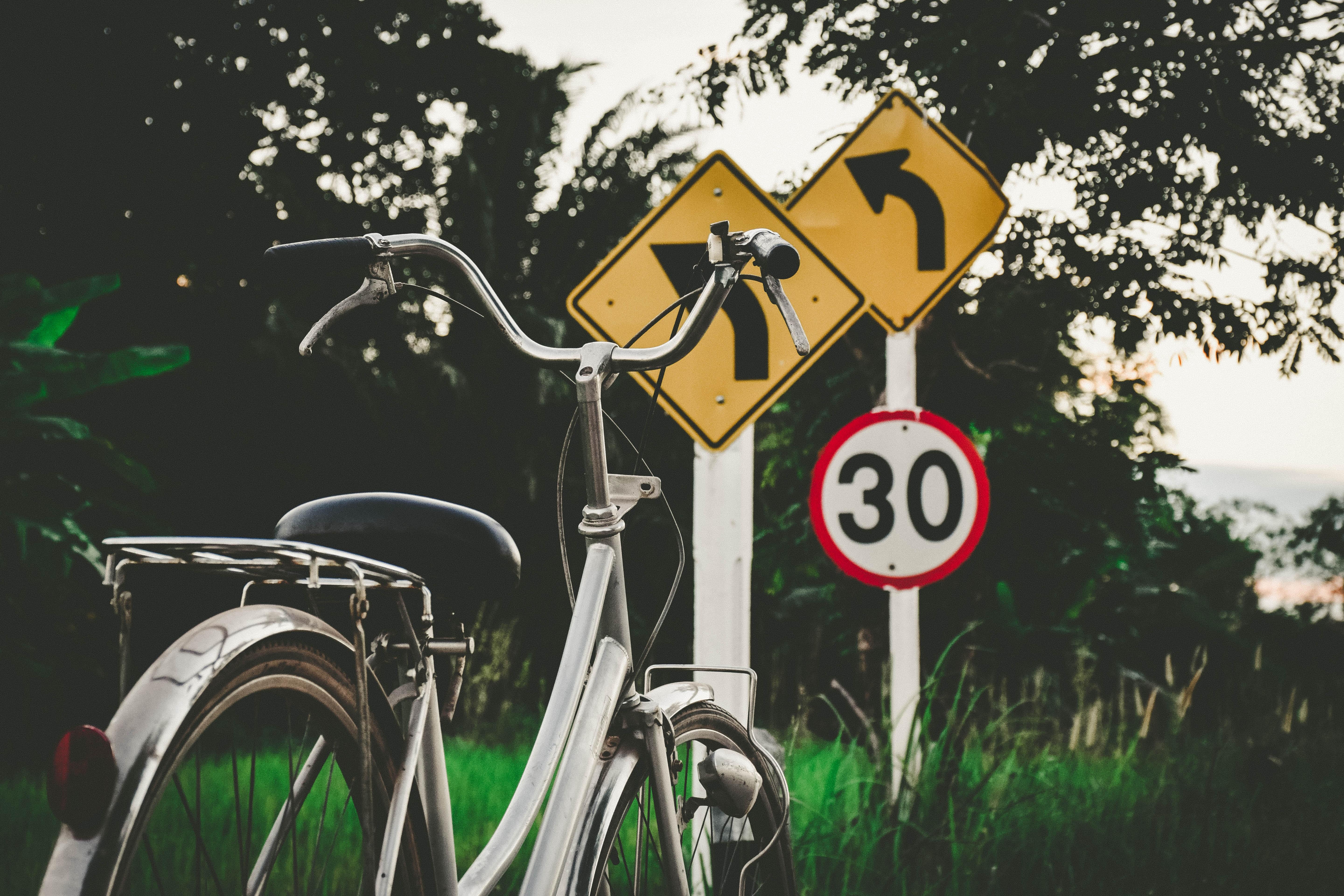 56105 скачать обои Знаки, Разное, Указатели, Велосипед - заставки и картинки бесплатно