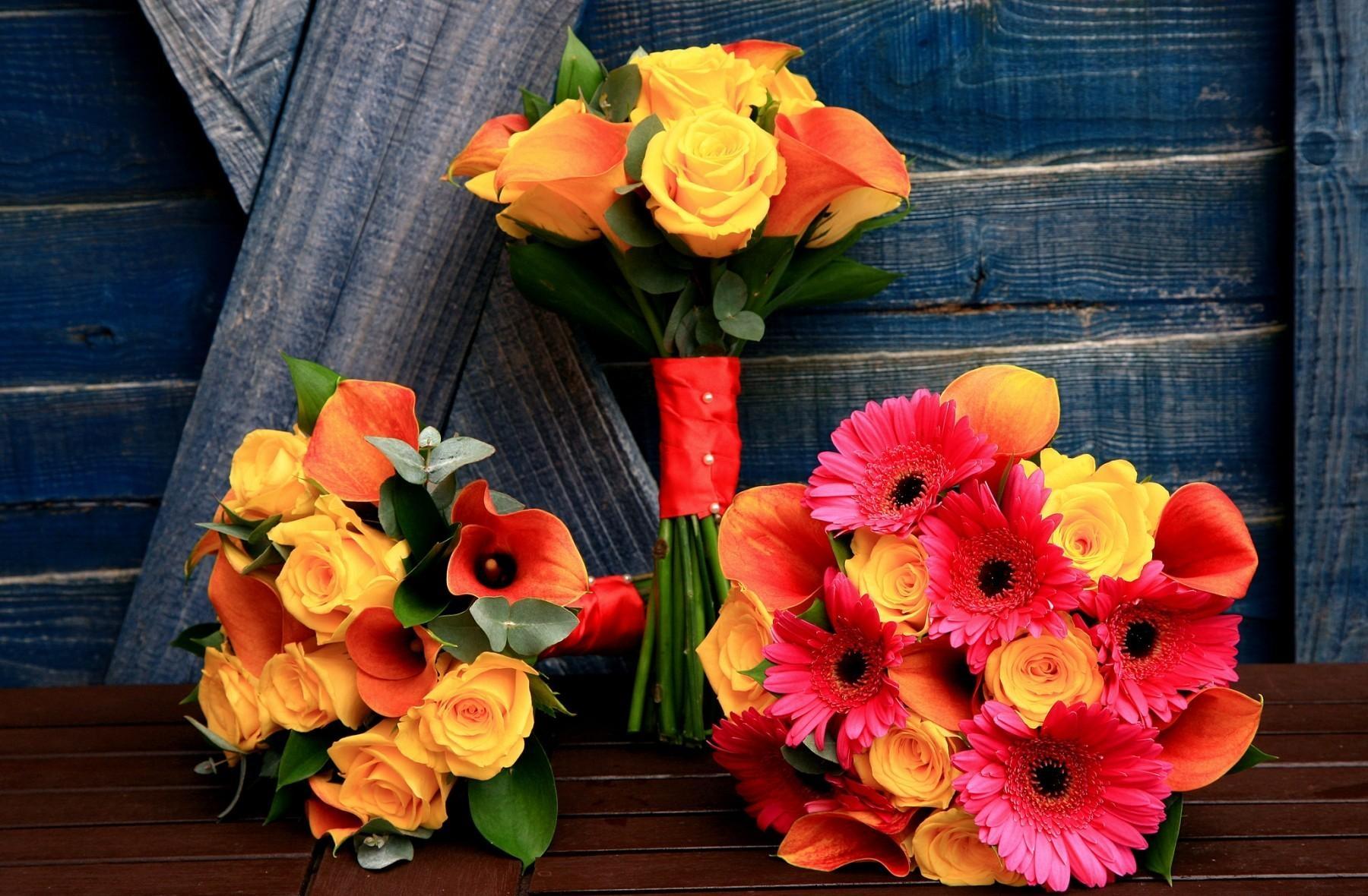 102303 télécharger le fond d'écran Fleurs, Callas, Calla, Trois, Inscription, Typographie, Tableau, Table, Bois, Arbre, Roses, Gerberas, Bouquets - économiseurs d'écran et images gratuitement