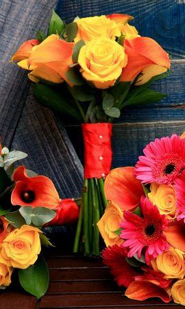 102303 скачать обои Цветы, Каллы, Три, Оформление, Стол, Дерево, Розы, Герберы, Букеты - заставки и картинки бесплатно
