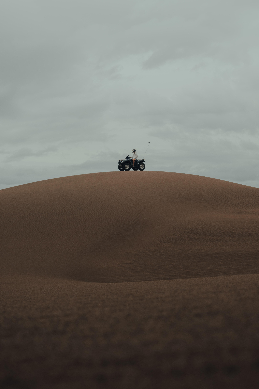 54522 скачать обои Мотоциклы, Квадроцикл, Холм, Песок, Пустыня - заставки и картинки бесплатно