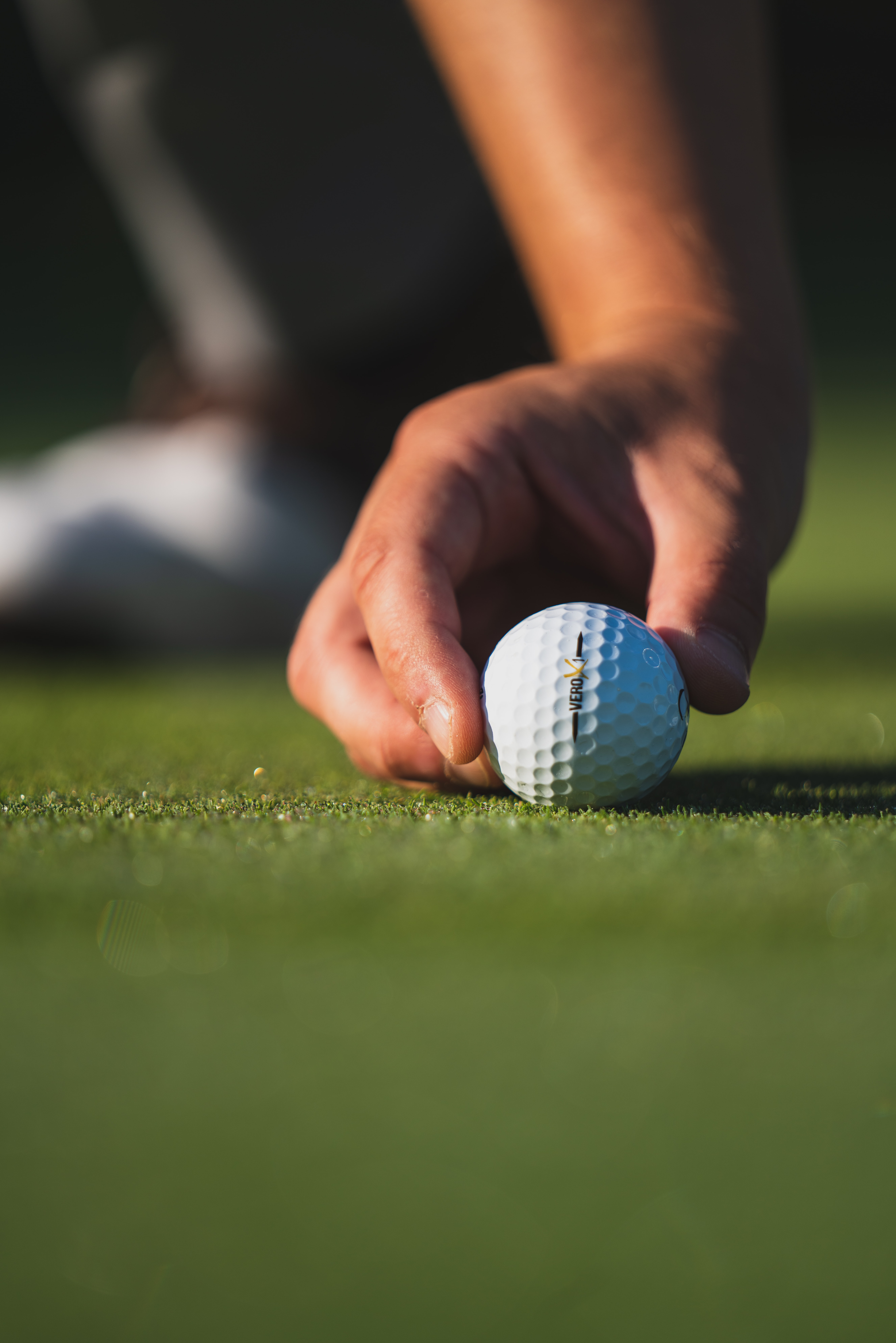 86406 download wallpaper Sports, Grass, Golf, Hand, Ball, Fingers screensavers and pictures for free