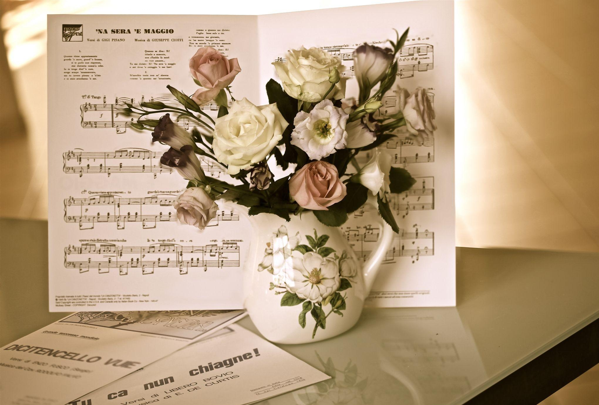 134353 Hintergrundbild herunterladen Musik, Blumen, Roses, Strauß, Bouquet, Krug, Tisch, Tabelle, Anmerkungen - Bildschirmschoner und Bilder kostenlos