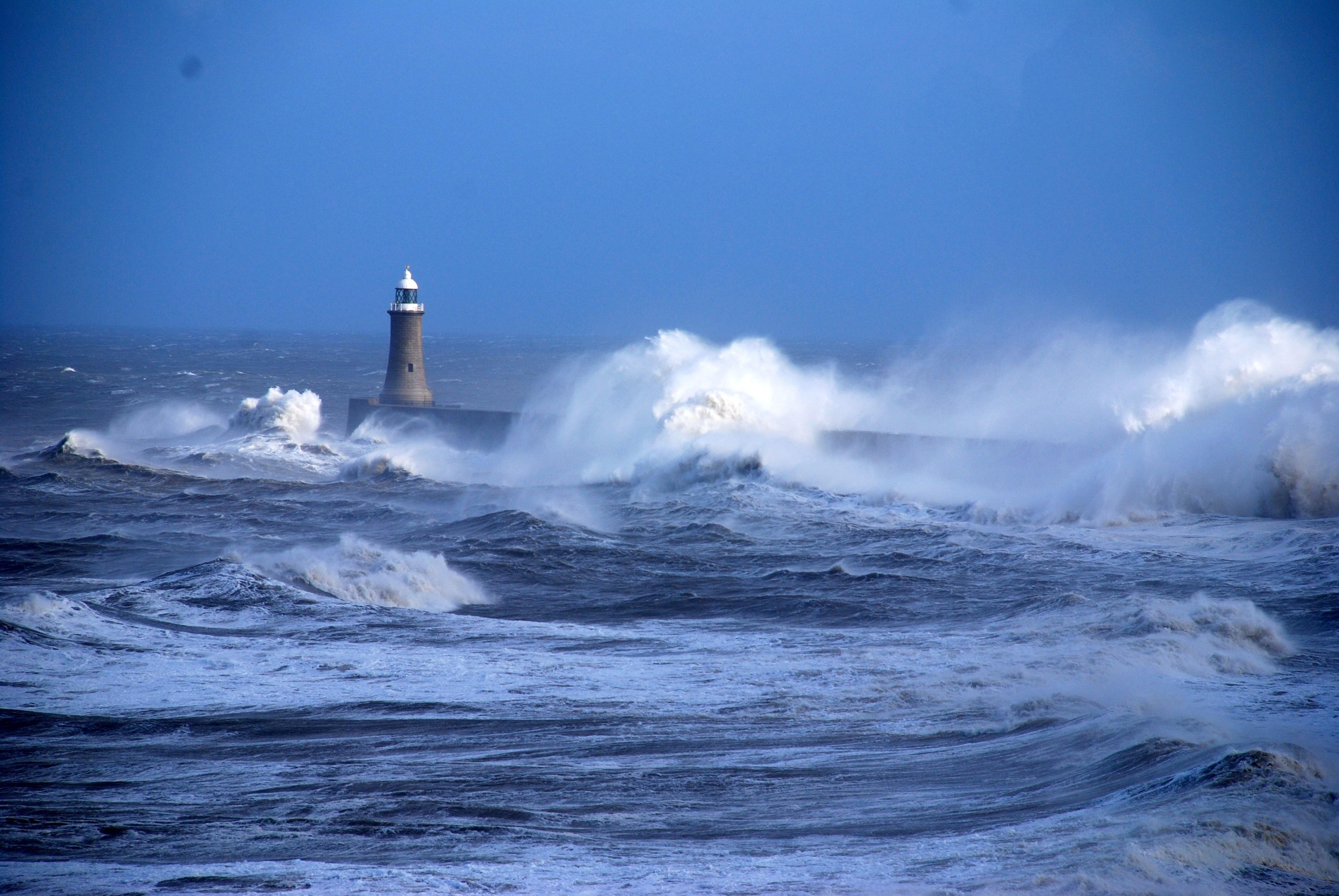 85278 скачать обои Природа, Море, Волны, Океан, Маяк, Шторм, Ветер, Непогода, Удары - заставки и картинки бесплатно