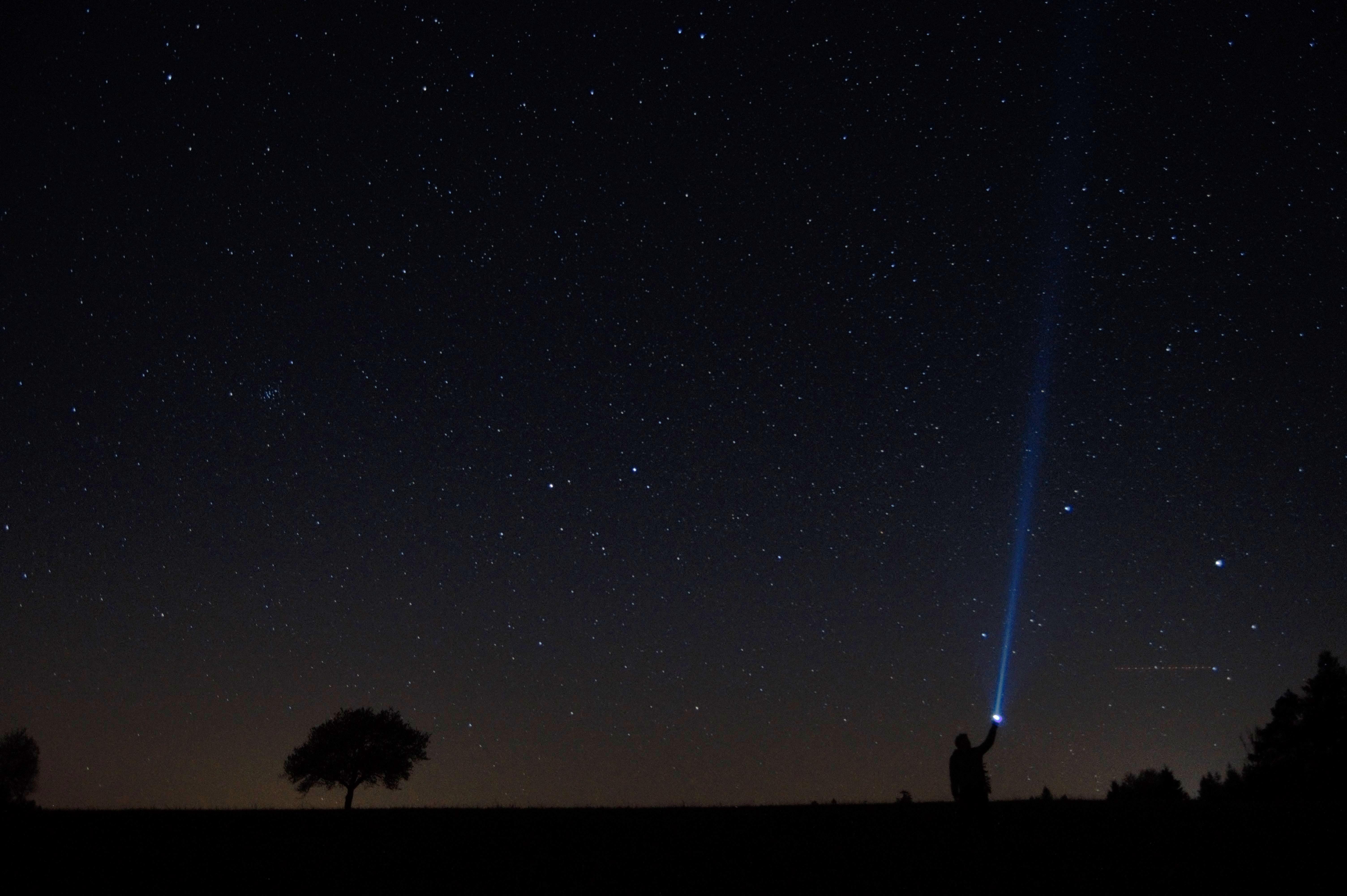 157013 fond d'écran 720x1280 sur votre téléphone gratuitement, téléchargez des images Nuit, Sombre, Ciel Étoilé, Lampe, Lanterne, Humain, Personne 720x1280 sur votre mobile