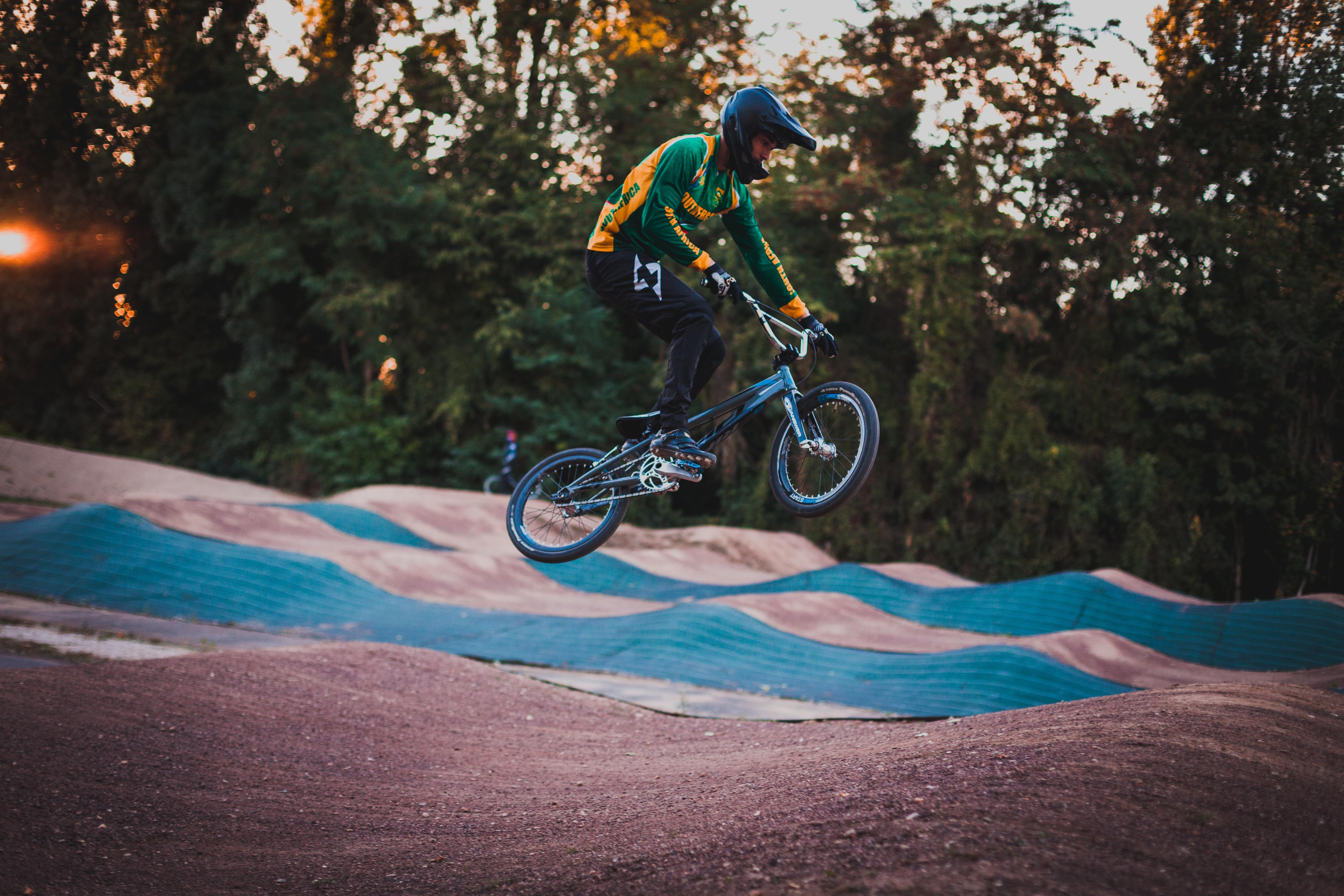 69482 скачать обои Спорт, Велосипедист, Трюк, Прыжок, Шлем, Велотрек - заставки и картинки бесплатно