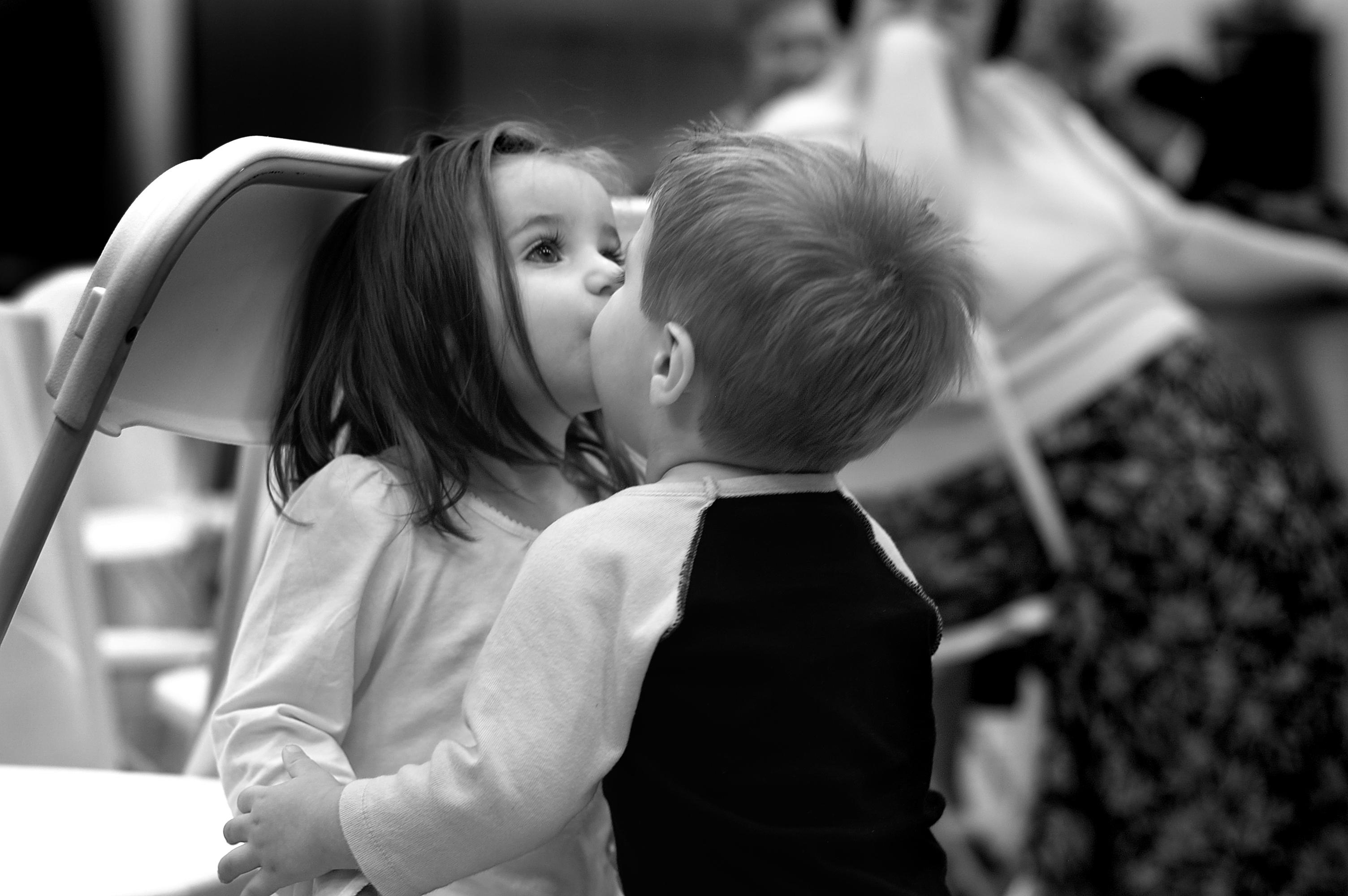 108586 baixar papel de parede Amor, Humores, Humor, Crianças, Menina, Garota, Garoto, Menino, Beijo, Beijar, Preto E Branco, Preto-E-Branco - protetores de tela e imagens gratuitamente