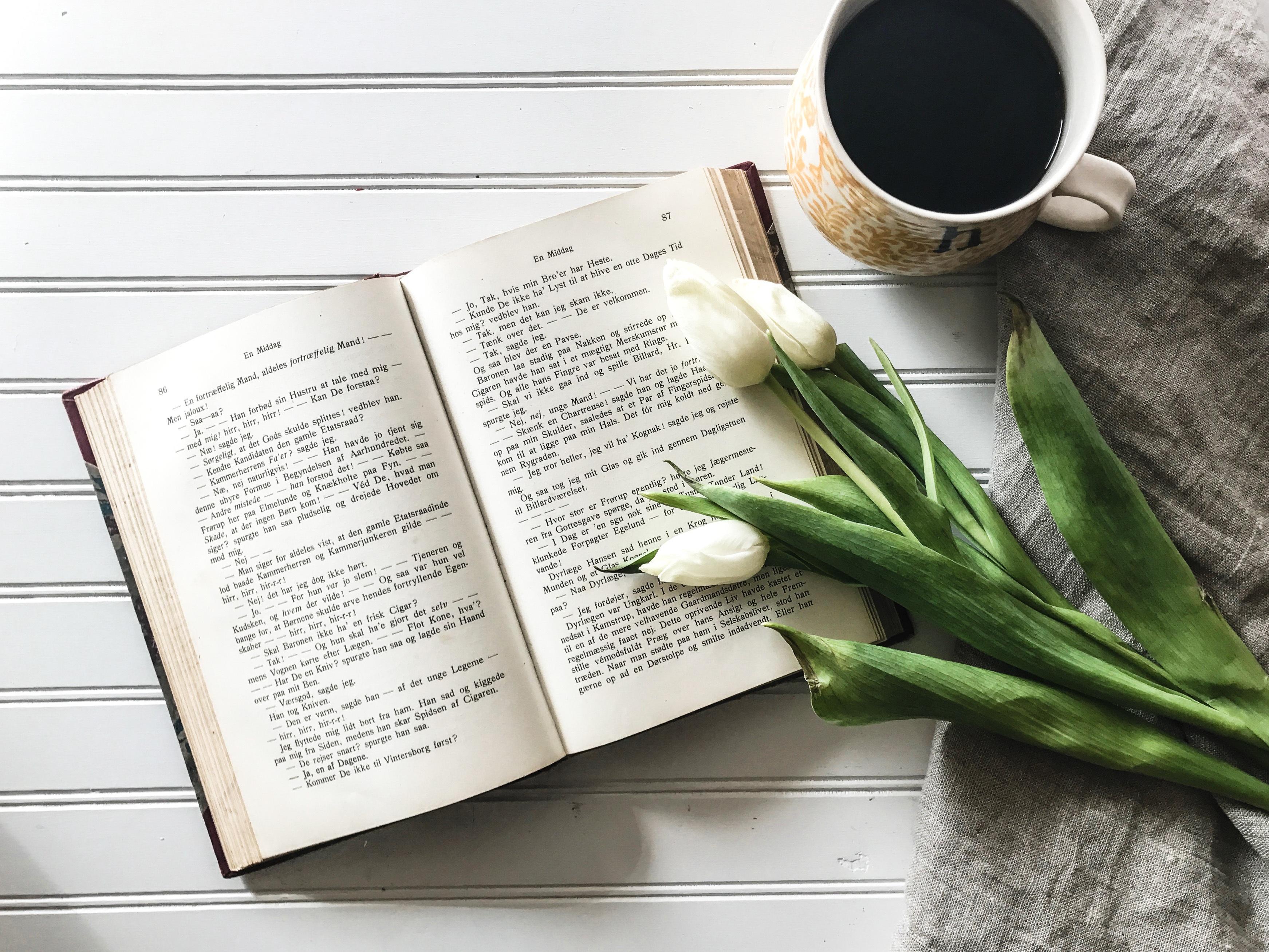 54246 Hintergrundbild herunterladen Tulpen, Lebensmittel, Coffee, Buch - Bildschirmschoner und Bilder kostenlos
