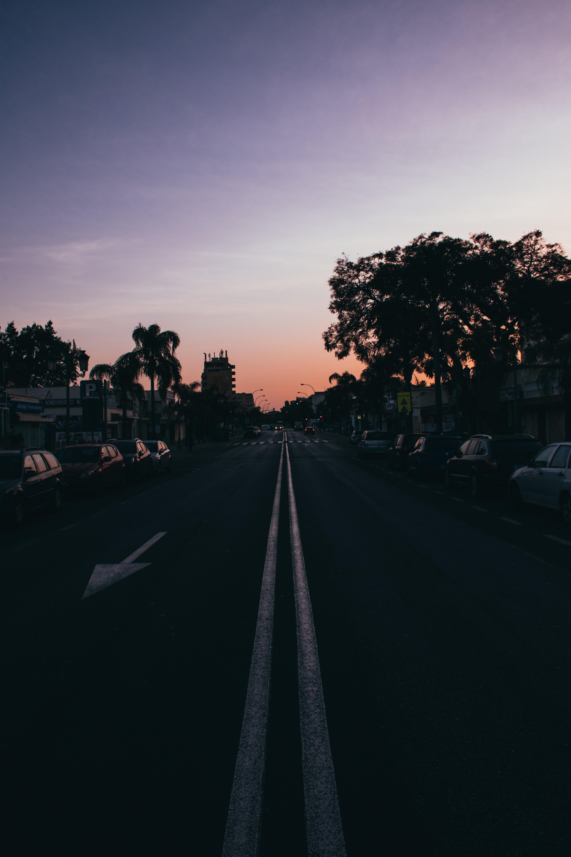 125898 Hintergrundbild herunterladen Städte, Pfeil, Straße, Markup, Asphalt, Nächtliche Stadt, Night City - Bildschirmschoner und Bilder kostenlos