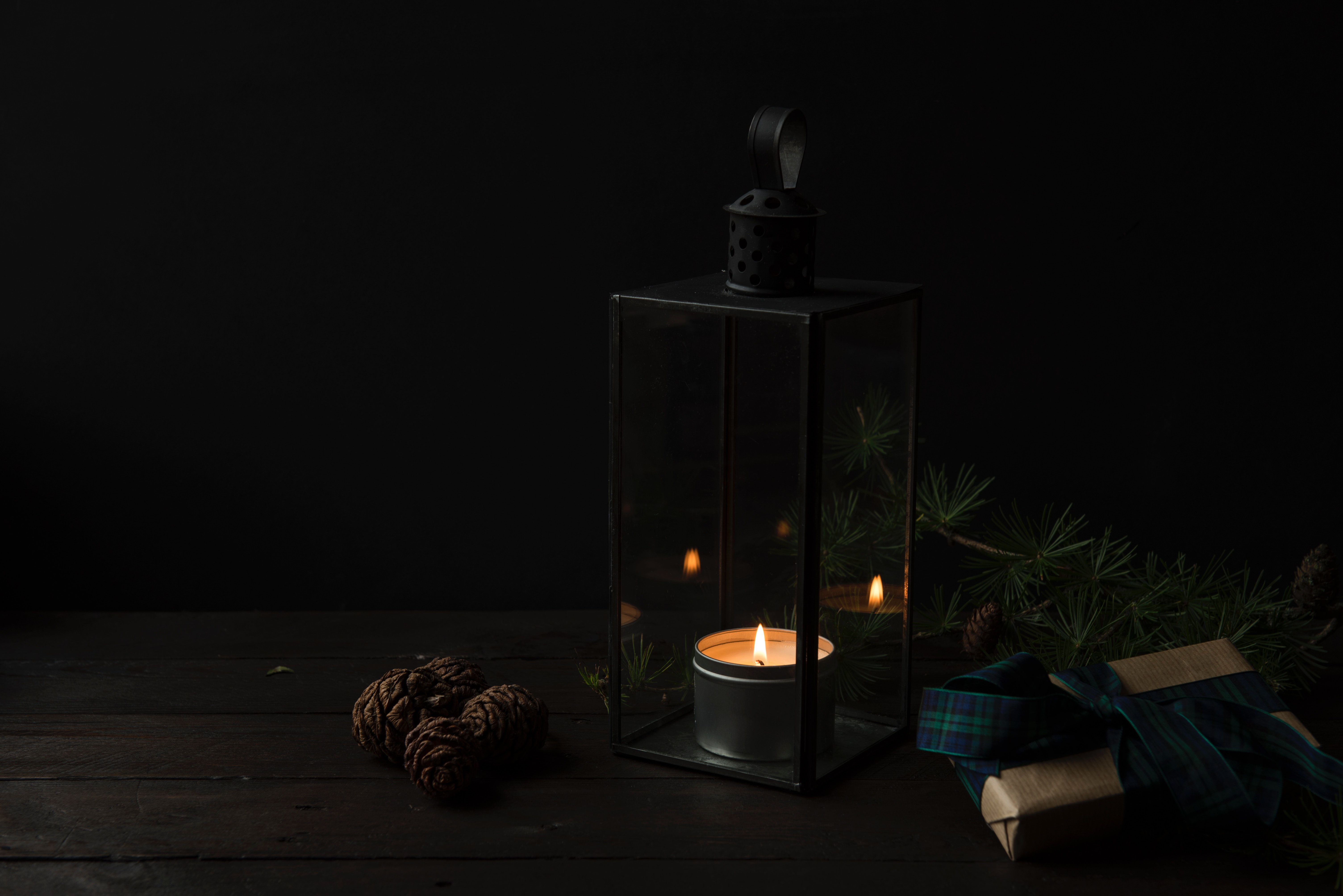 132365 скачать обои Темные, Подсвечник, Свеча, Подарки, Темный - заставки и картинки бесплатно