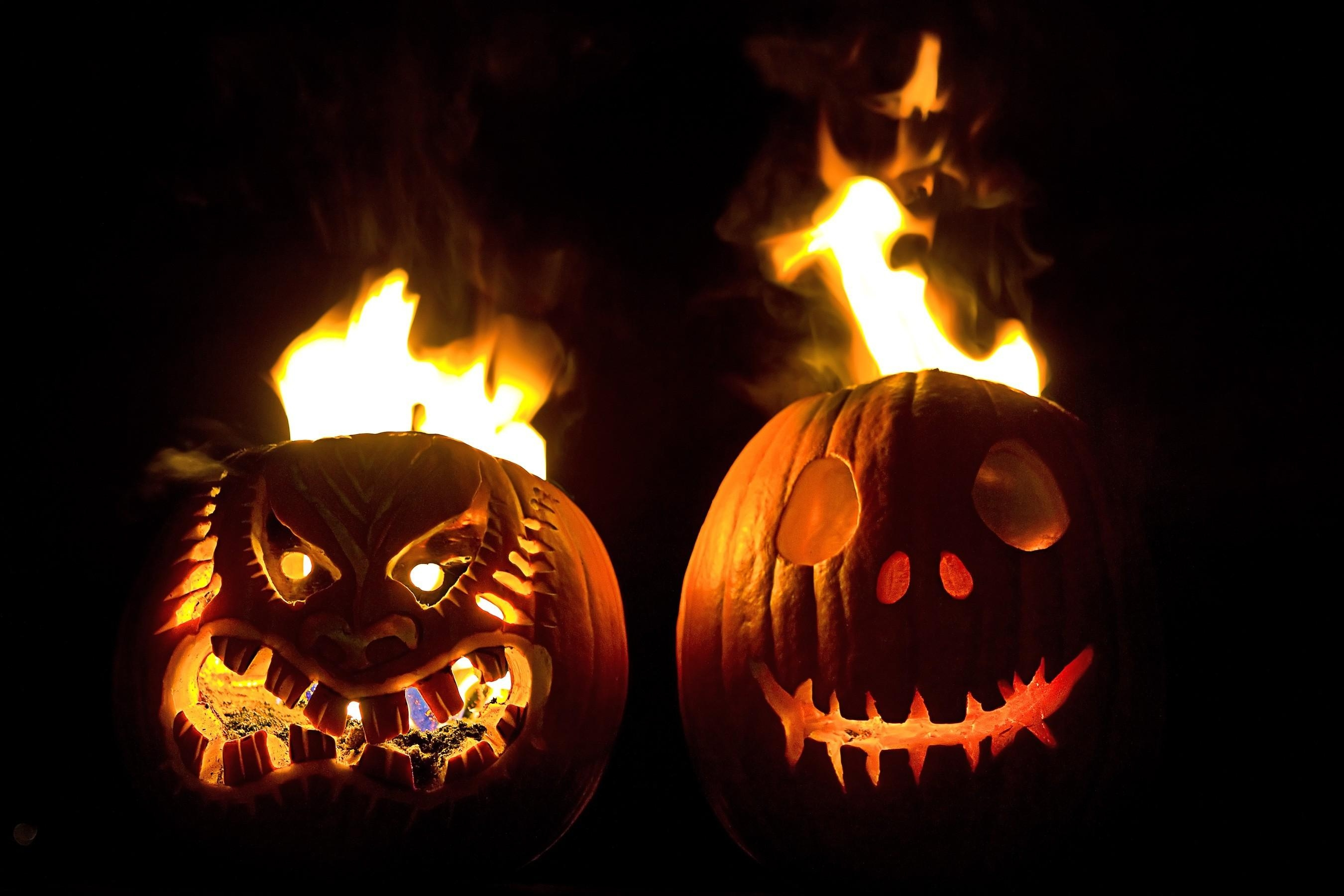 80194 download wallpaper Holidays, Halloween, Holiday, Muzzles, Muzzle, Couple, Pair, Fire, Black Background, Pumpkin screensavers and pictures for free