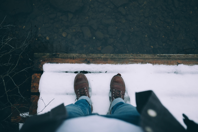 87976 Hintergrundbild herunterladen Winterreifen, Schnee, Verschiedenes, Sonstige, Beine, Schuhe, Schuhwerk - Bildschirmschoner und Bilder kostenlos