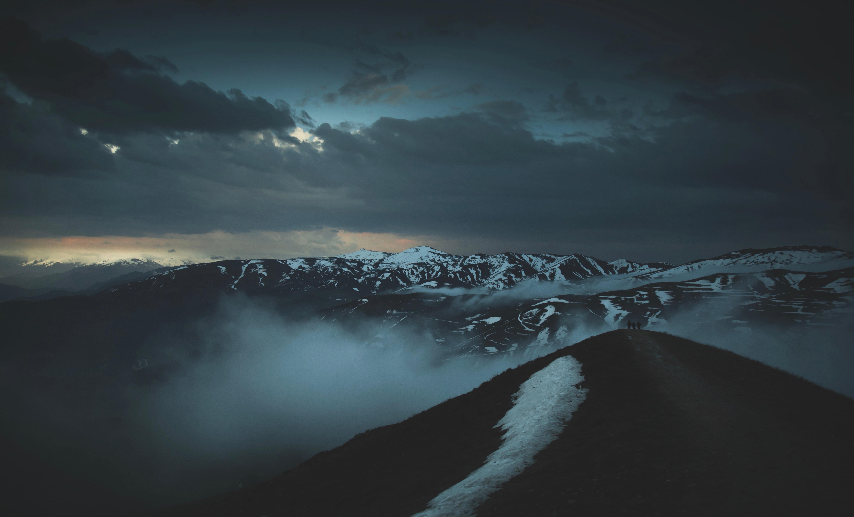 58351 Hintergrundbild 1024x768 kostenlos auf deinem Handy, lade Bilder Natur, Mountains, Clouds, Nebel, Dämmerung, Twilight, Höhe, Oberteile, Scheitelpunkt 1024x768 auf dein Handy herunter