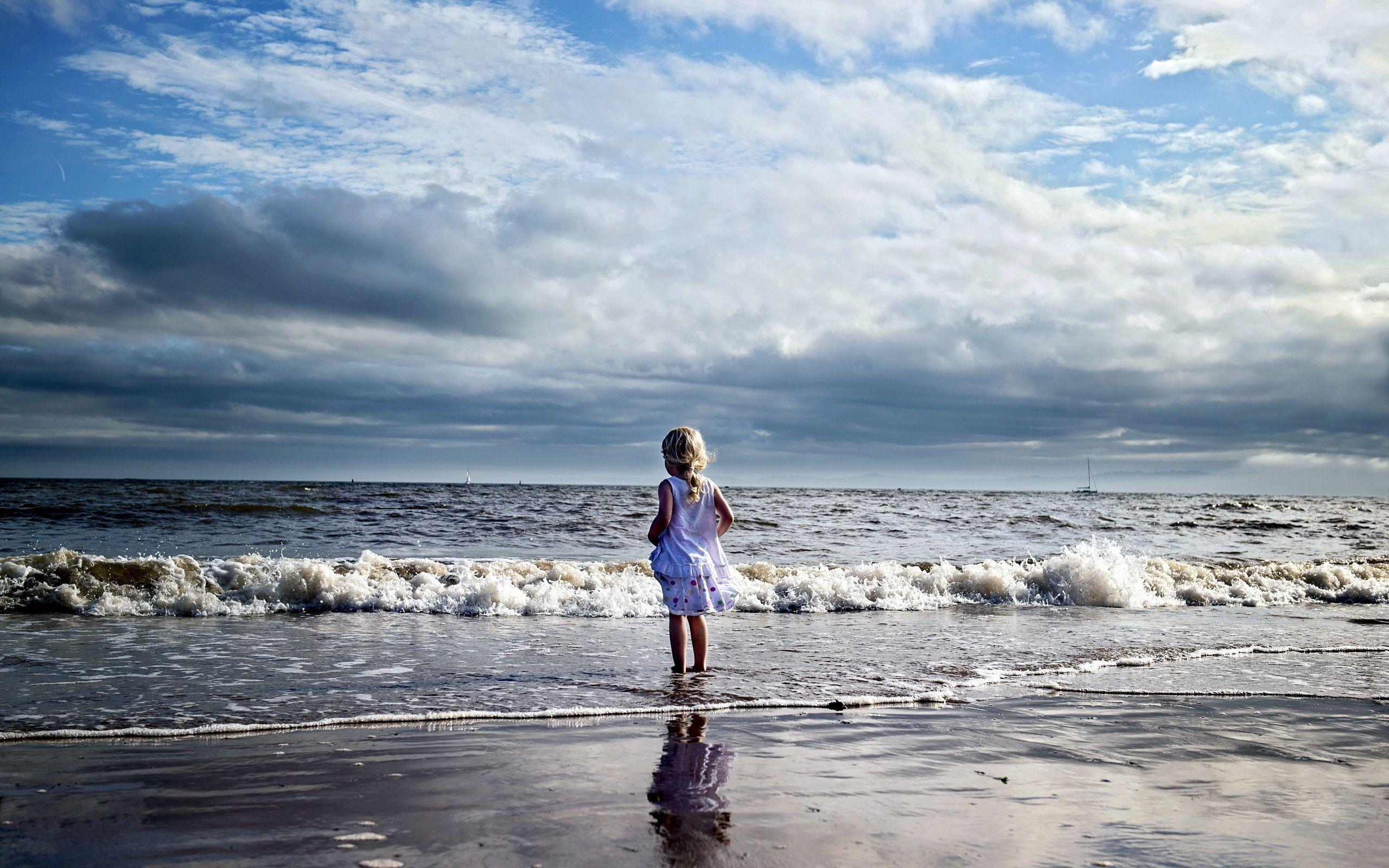 114620 скачать обои Разное, Ребенок, Девочка, Берег, Море, Волны - заставки и картинки бесплатно