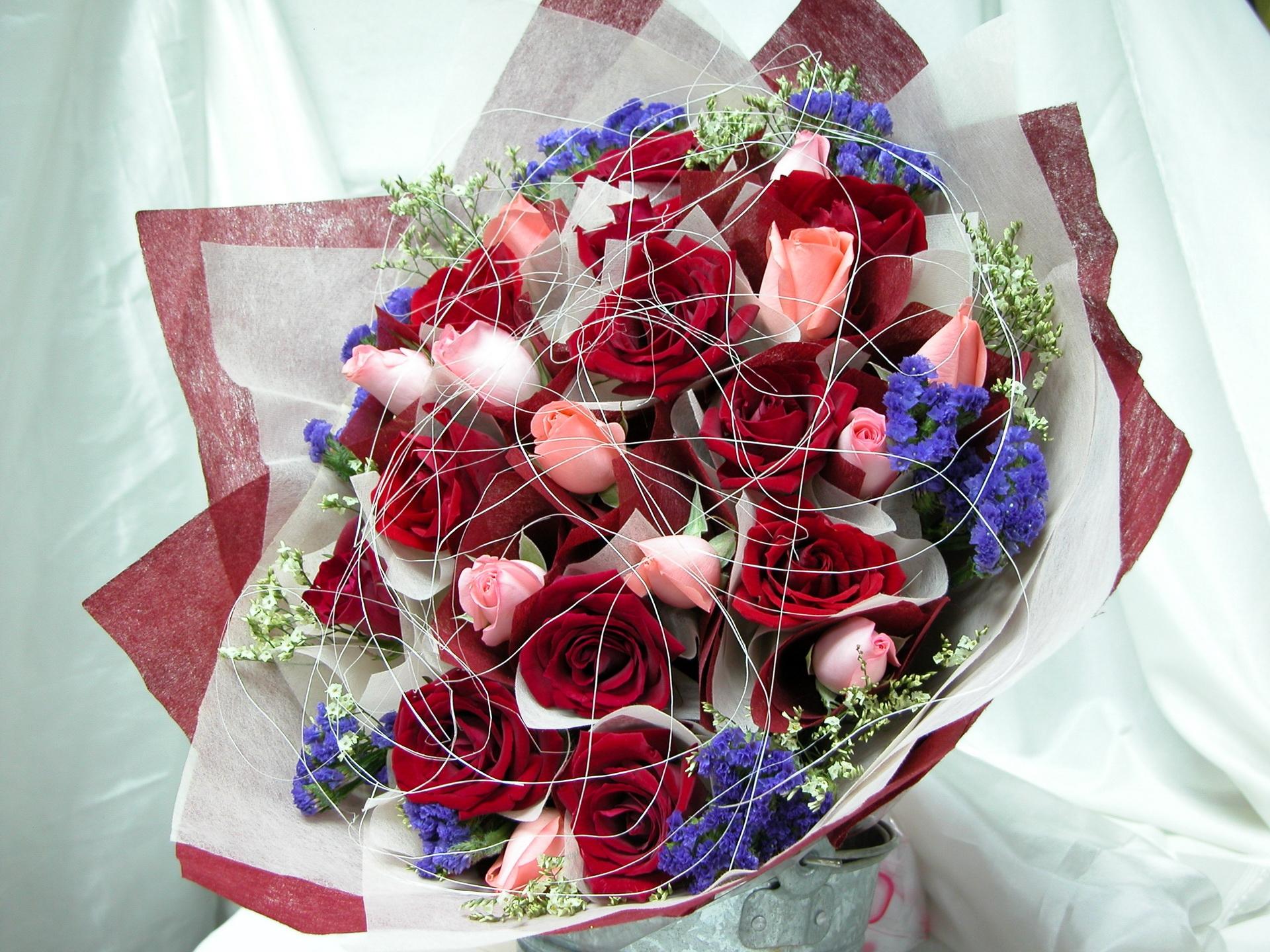 126682 скачать обои Цветы, Розы, Оформление, Букет, Паутинка - заставки и картинки бесплатно
