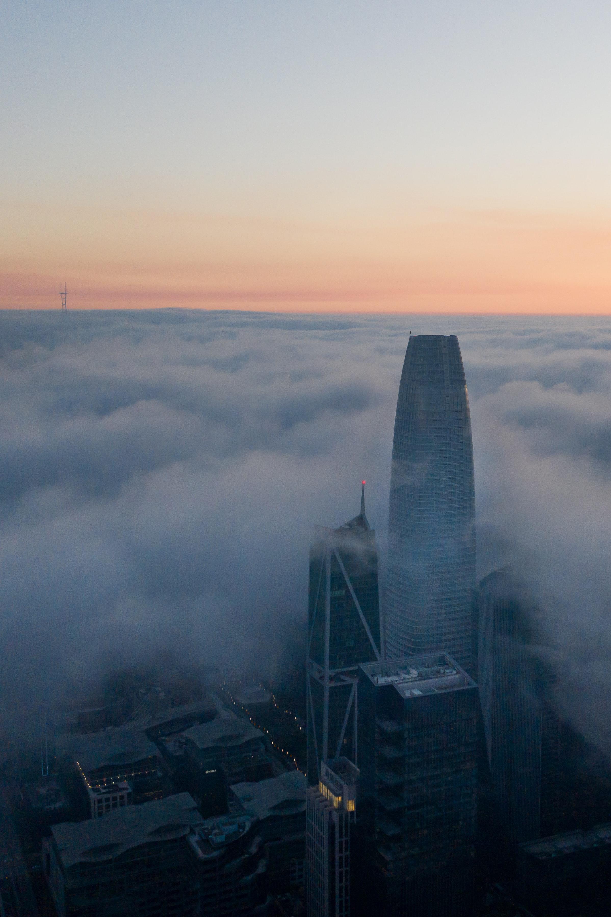 139549壁紙のダウンロード超高層ビル, 建物, 雲, 霧, 市, 都市-スクリーンセーバーと写真を無料で