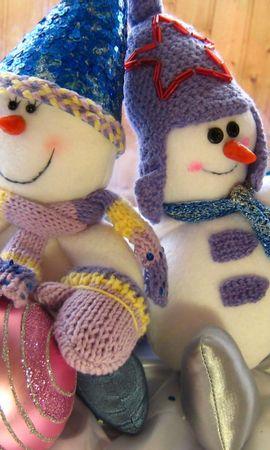 83163 скачать обои Праздники, Сидеть, Пара, Елочные Игрушки, Шары, Праздник, Рождество, Снеговики - заставки и картинки бесплатно