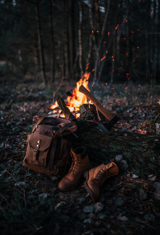 53089 Hintergrundbild herunterladen Natur, Bonfire, Verschiedenes, Sonstige, Stiefel, Rucksack, Schuhe, Axt - Bildschirmschoner und Bilder kostenlos
