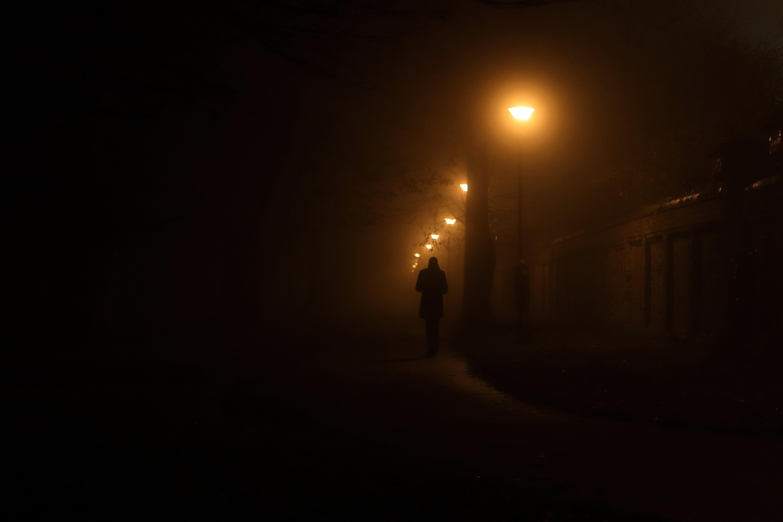 101055 Hintergrundbild 240x400 kostenlos auf deinem Handy, lade Bilder Übernachtung, Dunkel, Silhouette, Lampe, Laterne, Mensch, Person, Einsamkeit, Allein, Einsam 240x400 auf dein Handy herunter