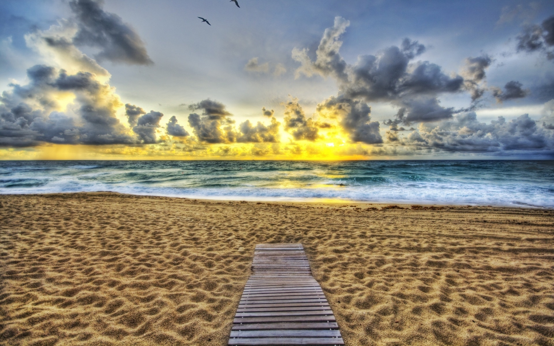 Скачать картинку Пейзаж, Закат, Море, Облака, Пляж в телефон бесплатно.