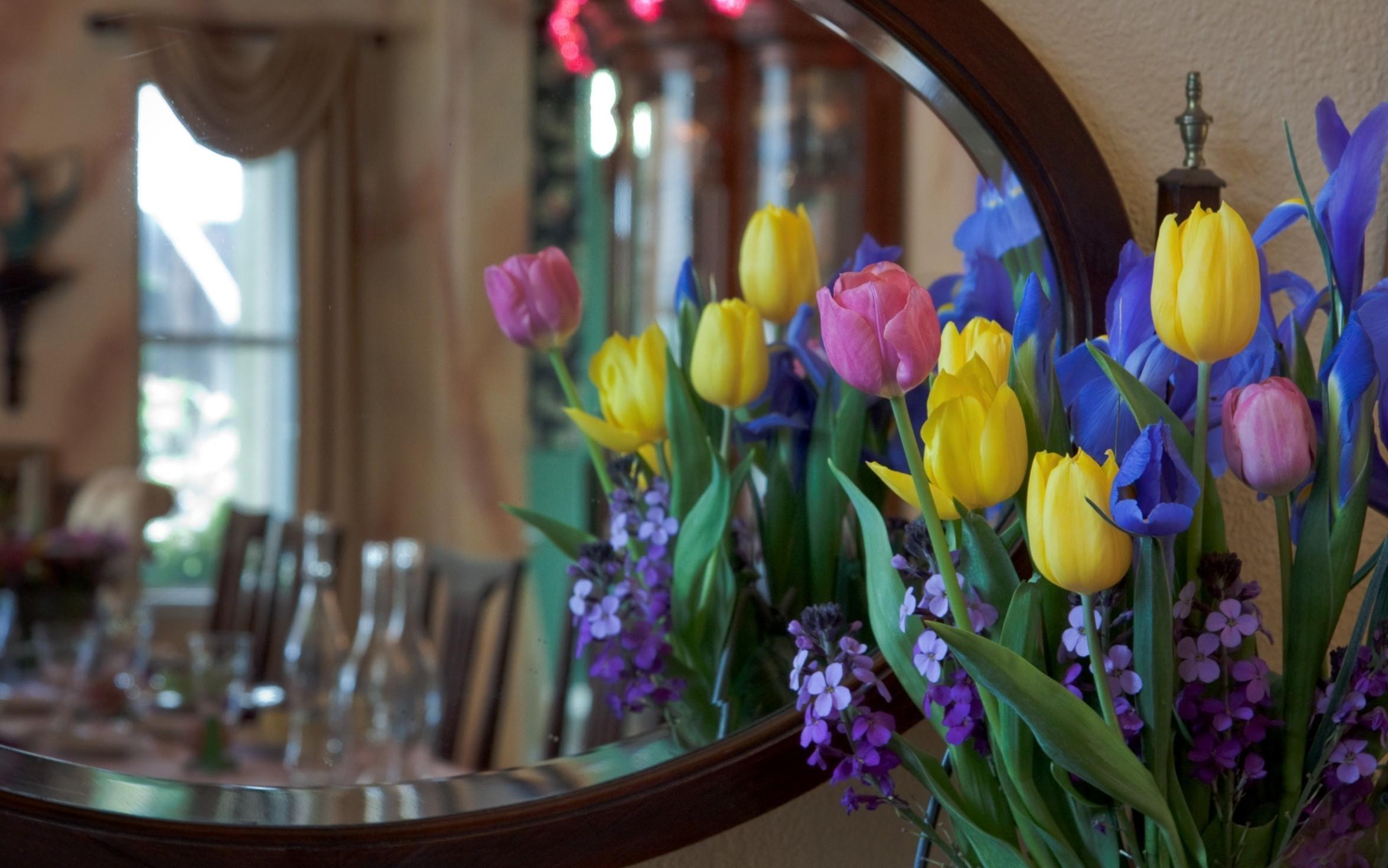 127858 descargar fondo de pantalla Flores, Lirios, Iris, Mattoila, Ramo, Espejo, Reflexión, Tulipanes: protectores de pantalla e imágenes gratis
