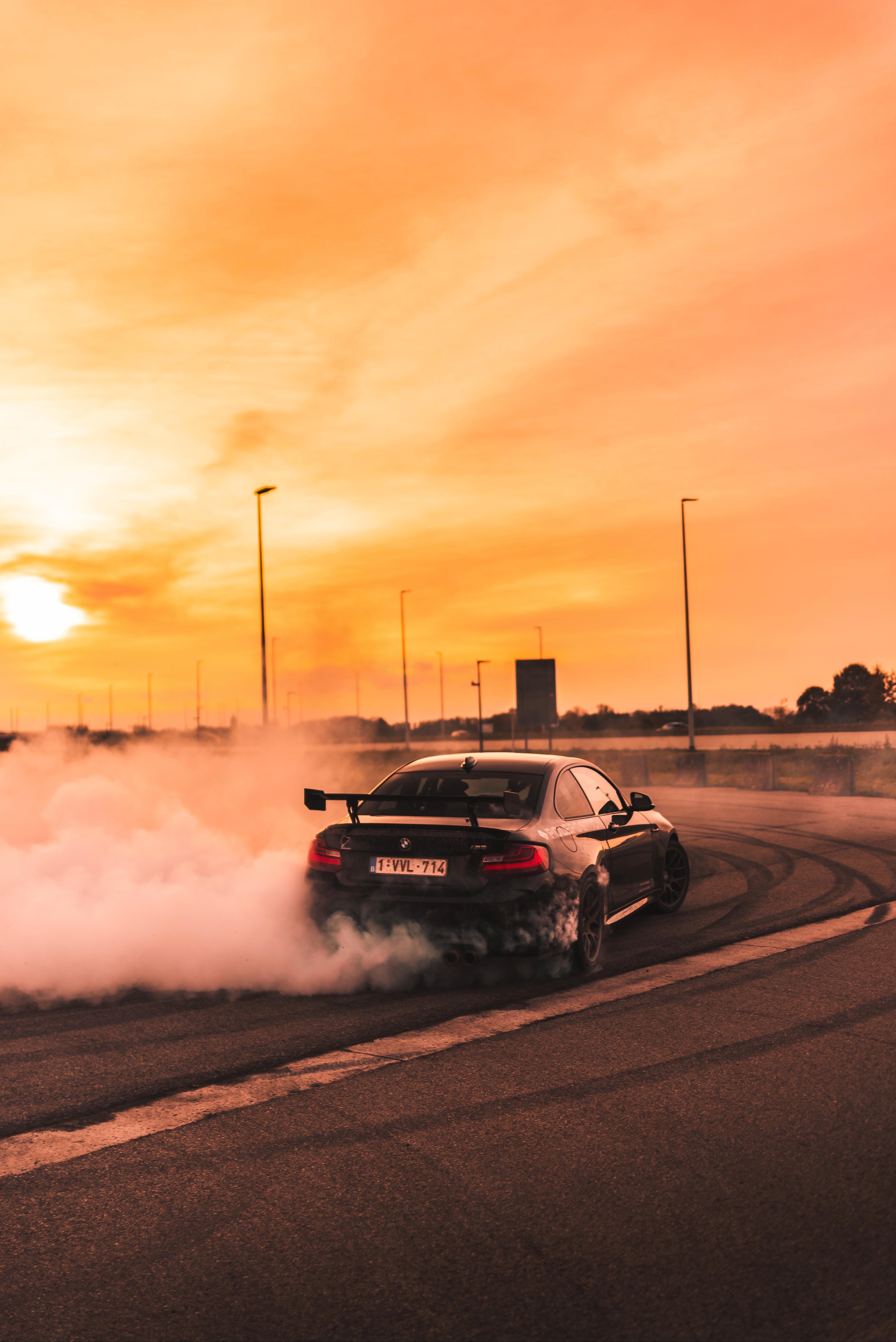 139085 скачать обои Бмв (Bmw), Дрифт, Закат, Дым, Тачки (Cars), Скорость - заставки и картинки бесплатно