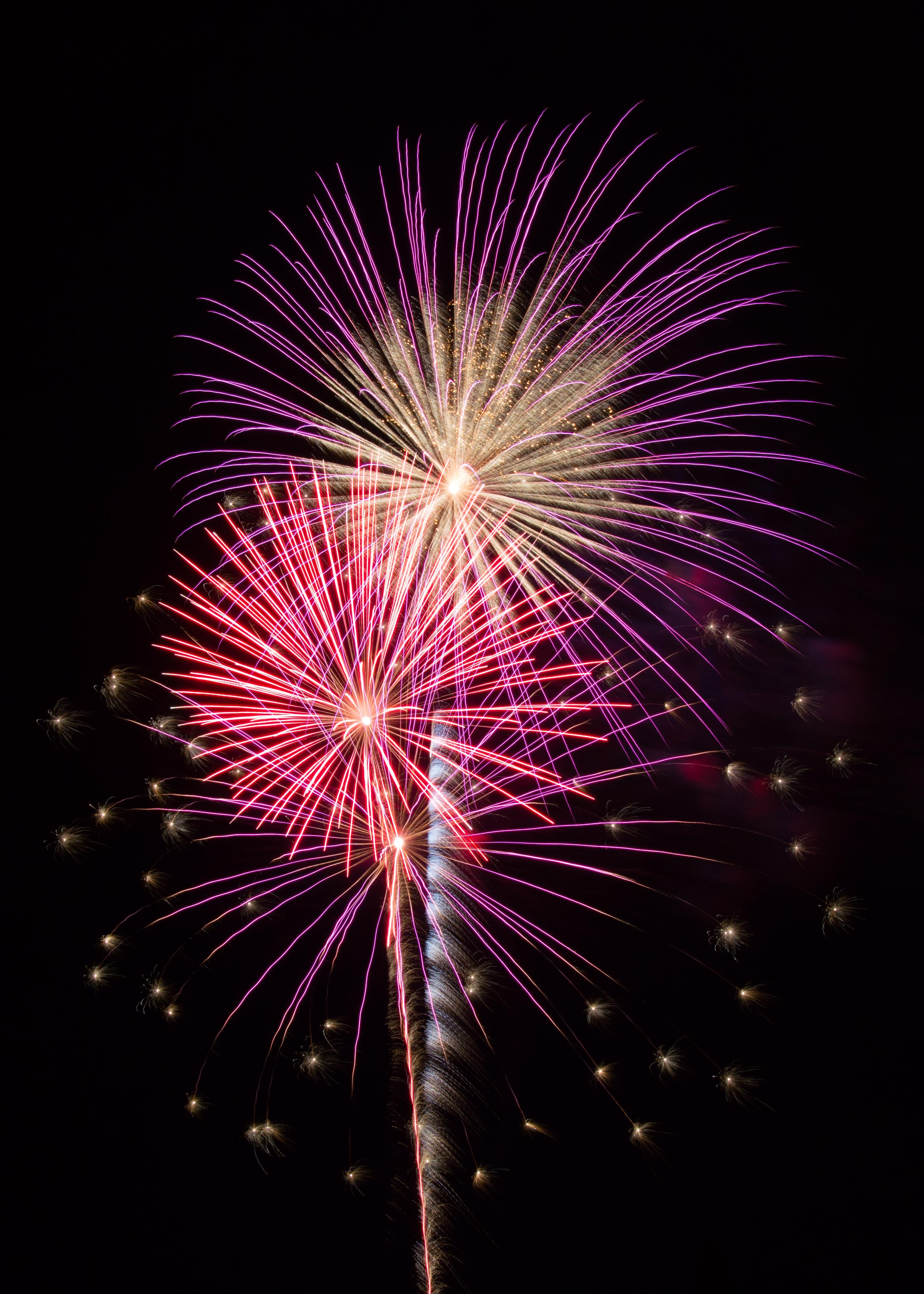 121831 Hintergrundbild herunterladen Feiertage, Sky, Salute, Blitz, Funken, Feuerwerk - Bildschirmschoner und Bilder kostenlos