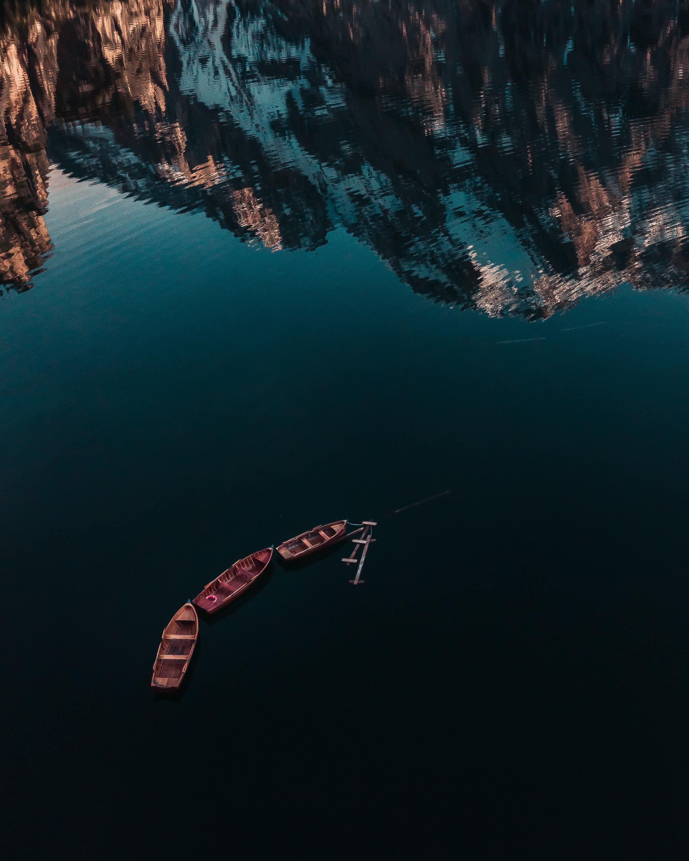 110591 Заставки и Обои Лодки на телефон. Скачать Природа, Озеро, Лодки, Отражение, Вода, Поверхность, Горы картинки бесплатно