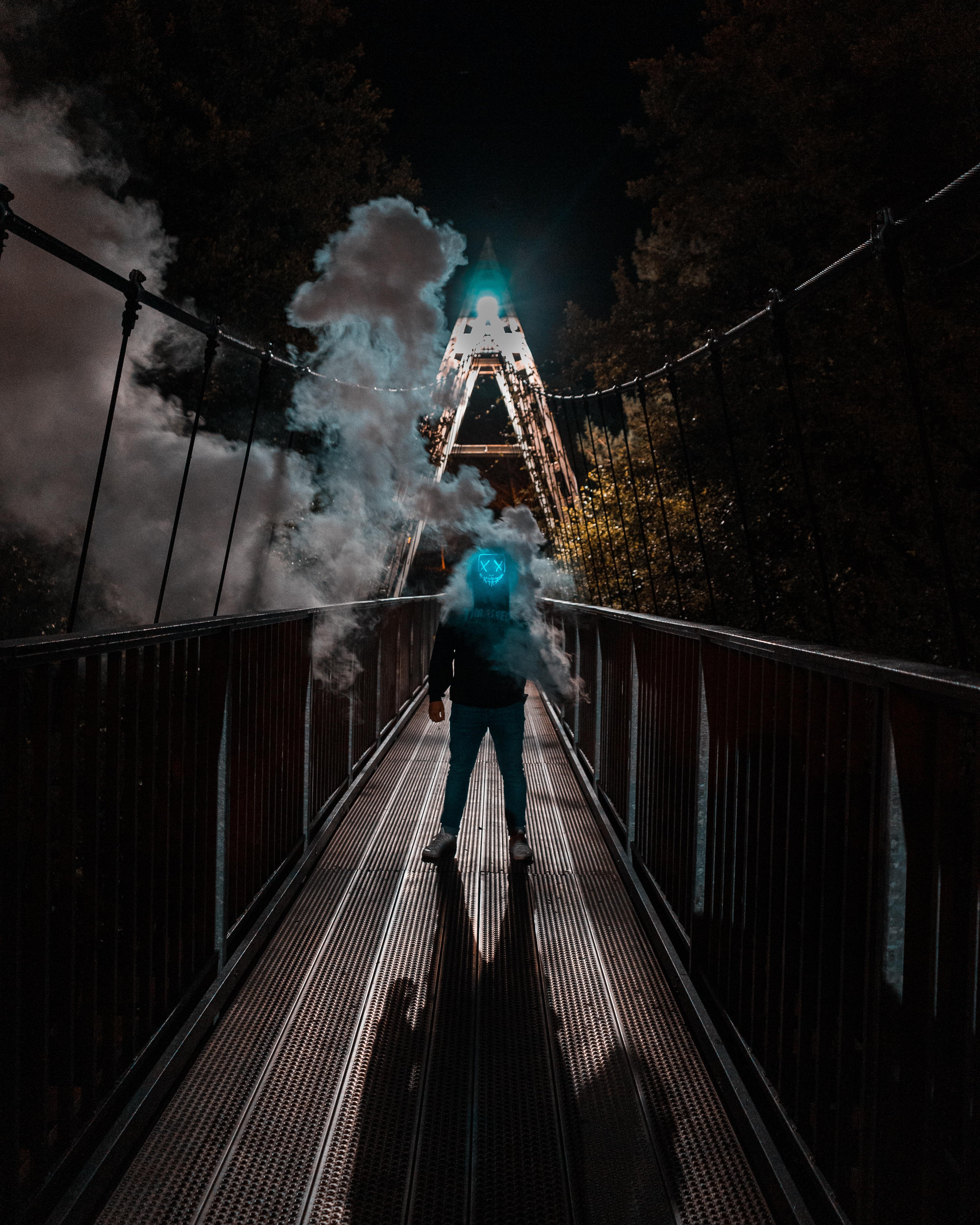 82839 Hintergrundbild 540x960 kostenlos auf deinem Handy, lade Bilder Raucher, Verschiedenes, Sonstige, Brücke, Neon, Maske, Mensch, Person, Anonym 540x960 auf dein Handy herunter