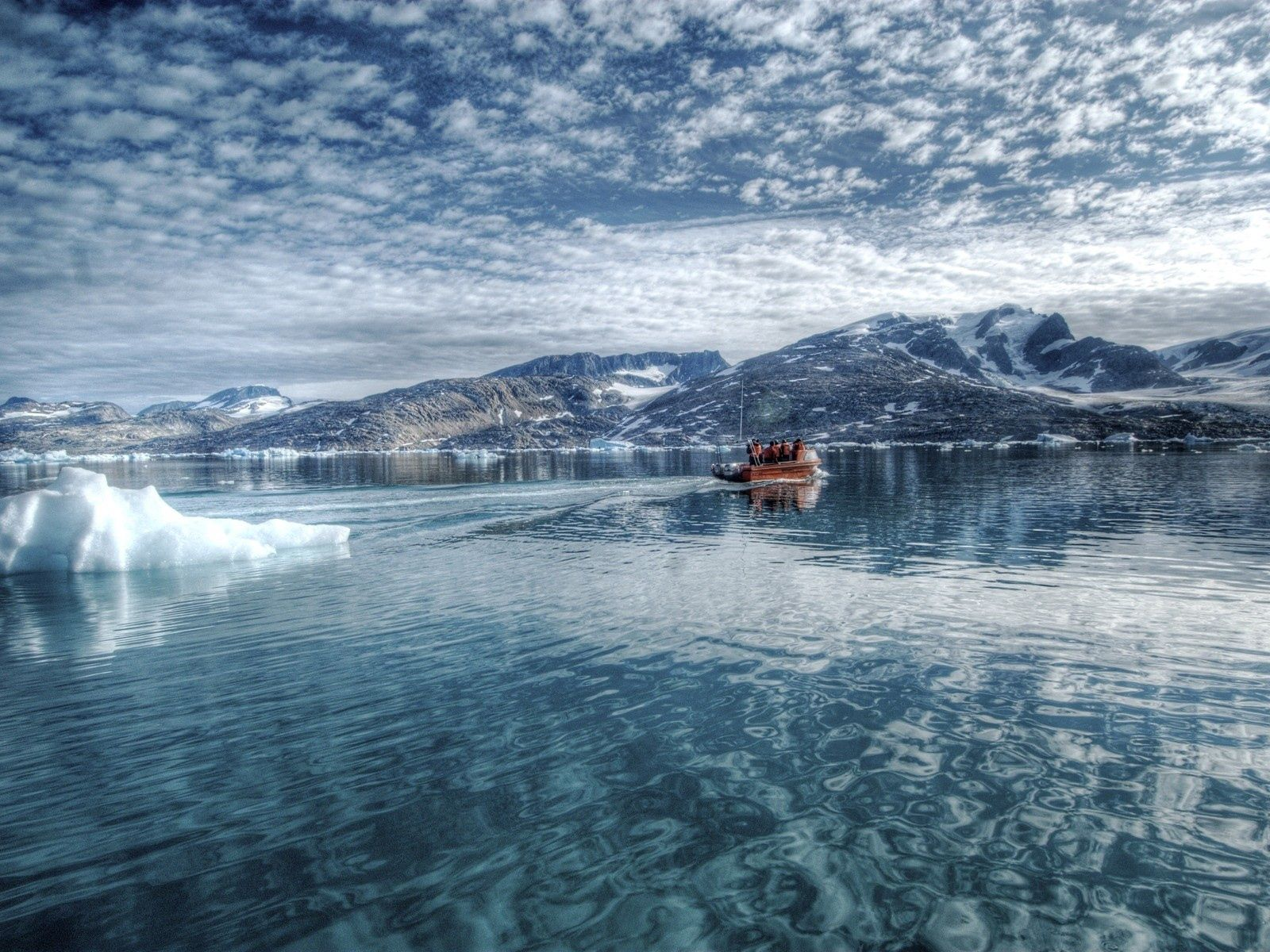 90022 скачать обои Природа, Ледник, Холод, Лодка, Водная Поверхность, Горы - заставки и картинки бесплатно