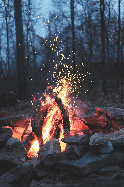 143530 免費下載壁紙 杂项, 篝火, 火, 火花, 石, 柴, 木柴, 燃烧 屏保和圖片