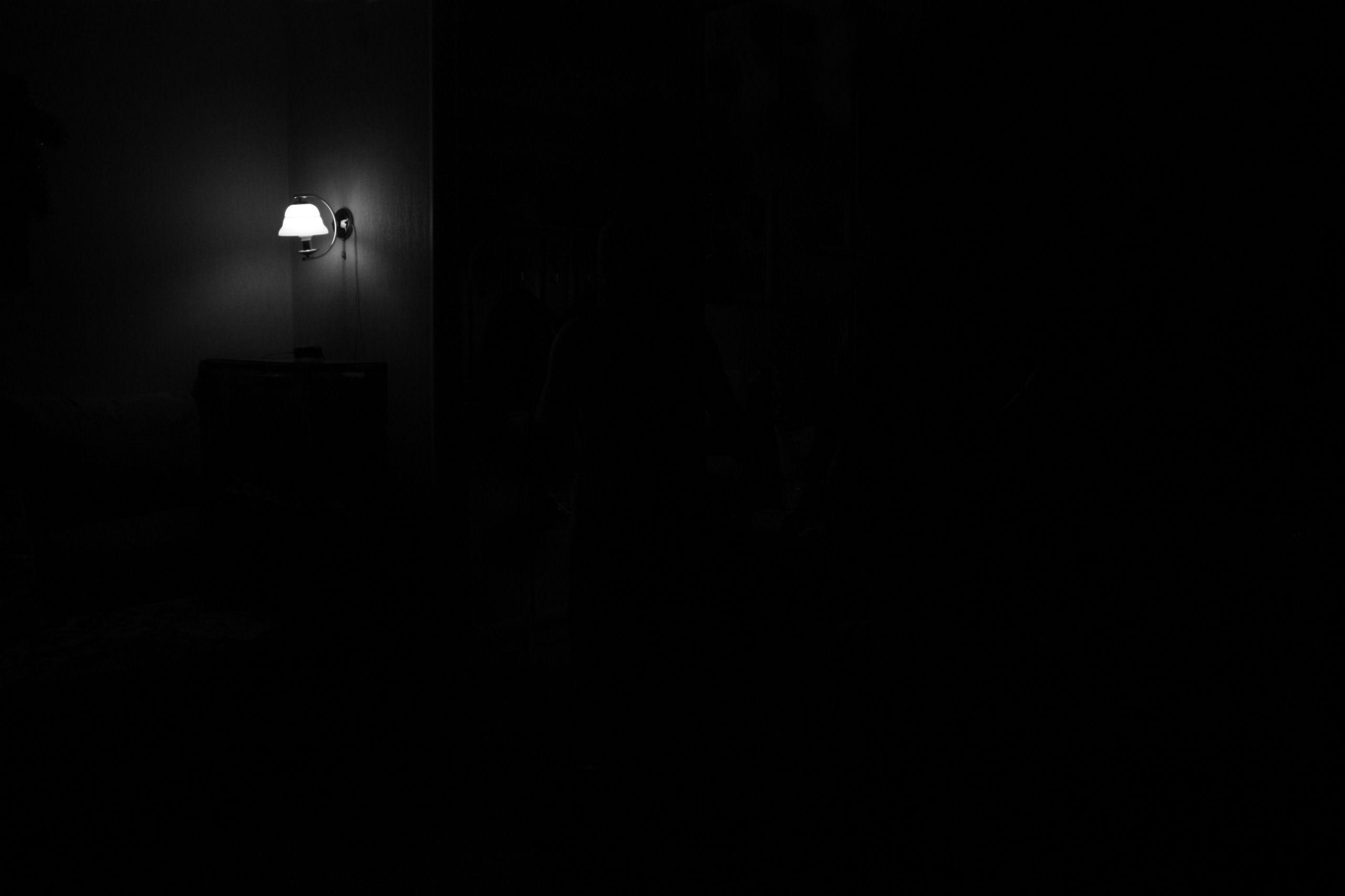 87503 Hintergrundbild herunterladen Dunkel, Scheinen, Licht, Minimalismus, Lampe, Laterne, Dunkelheit, Zimmer - Bildschirmschoner und Bilder kostenlos