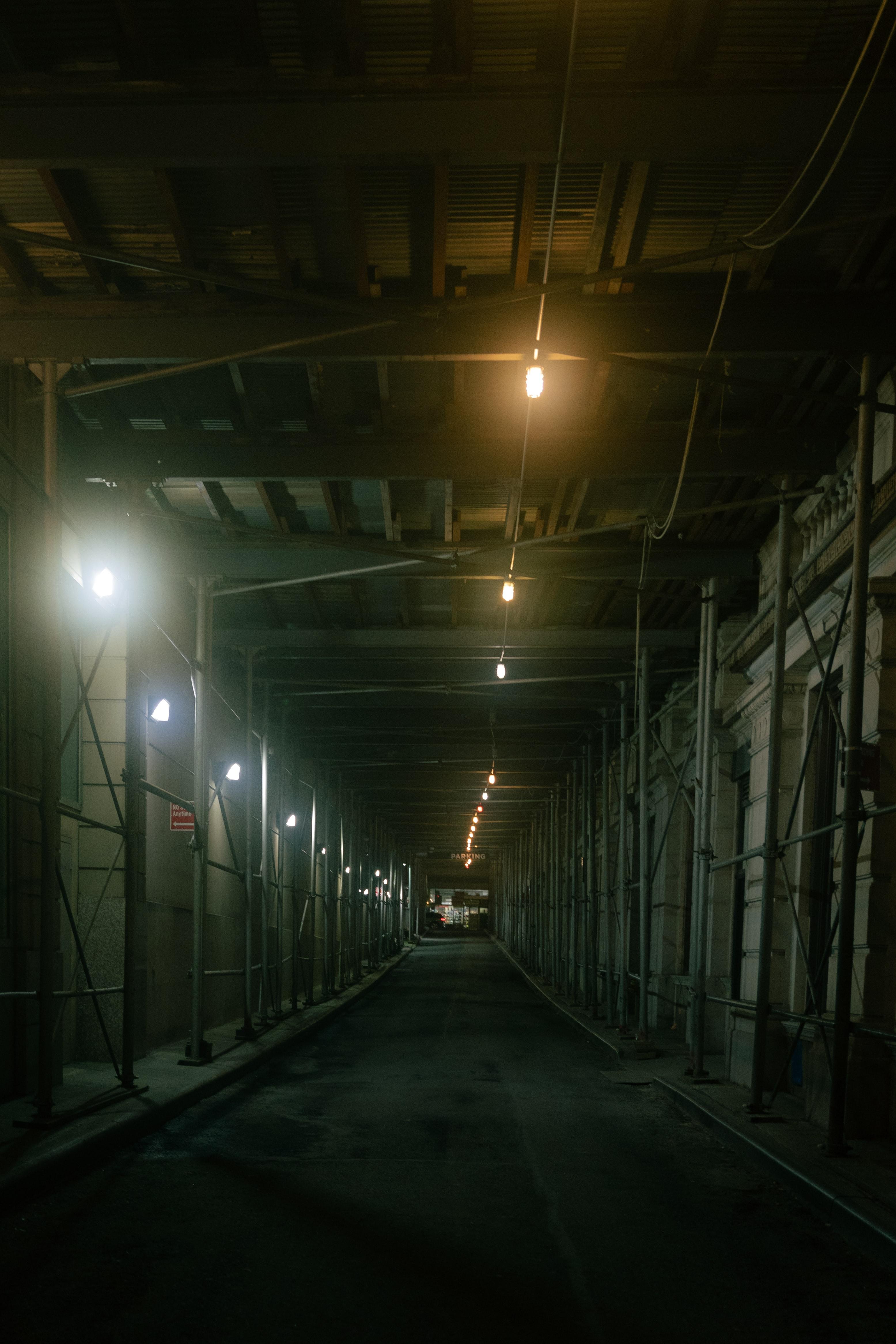 89829 Hintergrundbild herunterladen Dunkel, Gebäude, Beleuchtung, Tunnel - Bildschirmschoner und Bilder kostenlos