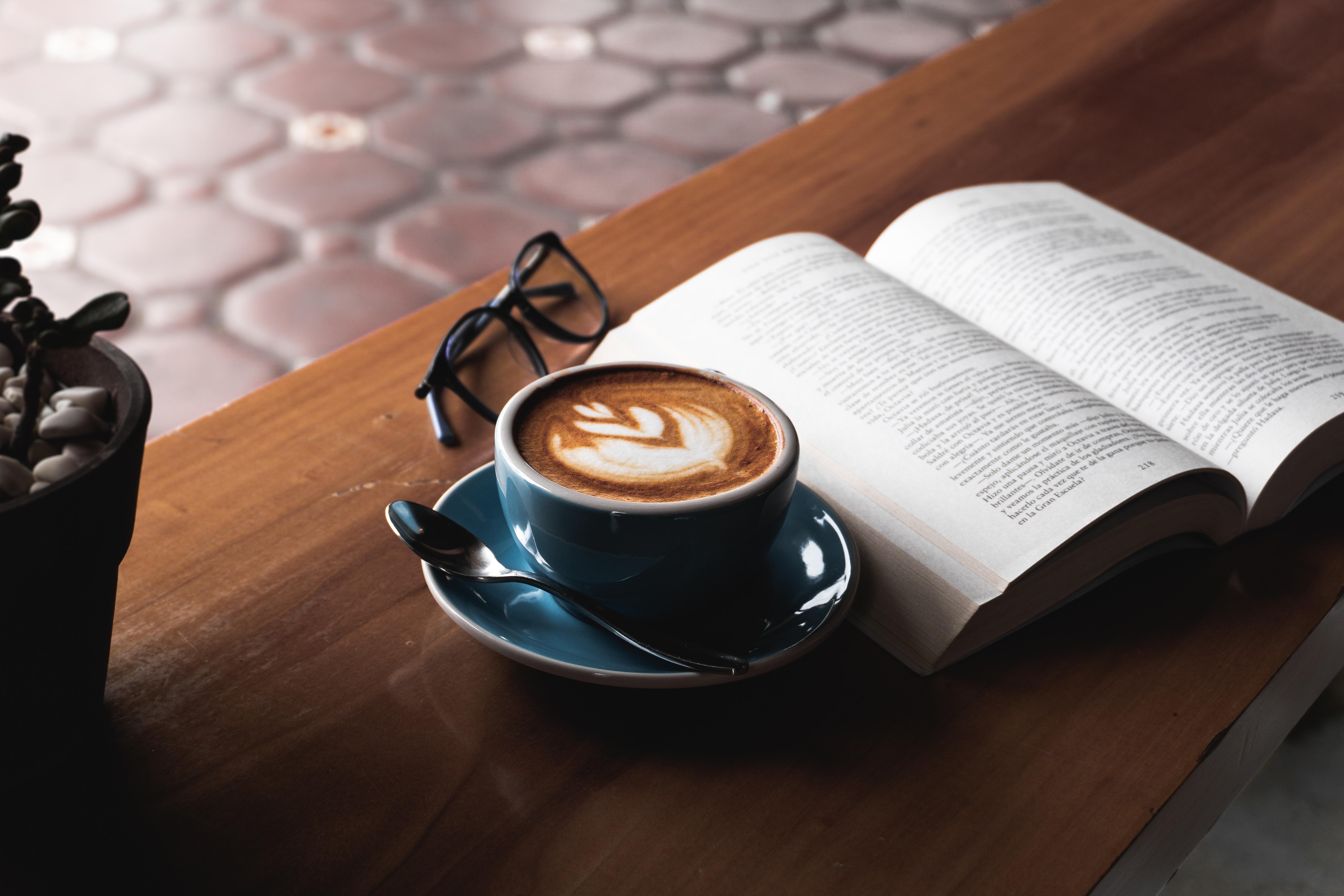 103442 Hintergrundbild herunterladen Lebensmittel, Getränke, Coffee, Eine Tasse, Tasse, Tisch, Tabelle, Buch, Trinken, Brille - Bildschirmschoner und Bilder kostenlos