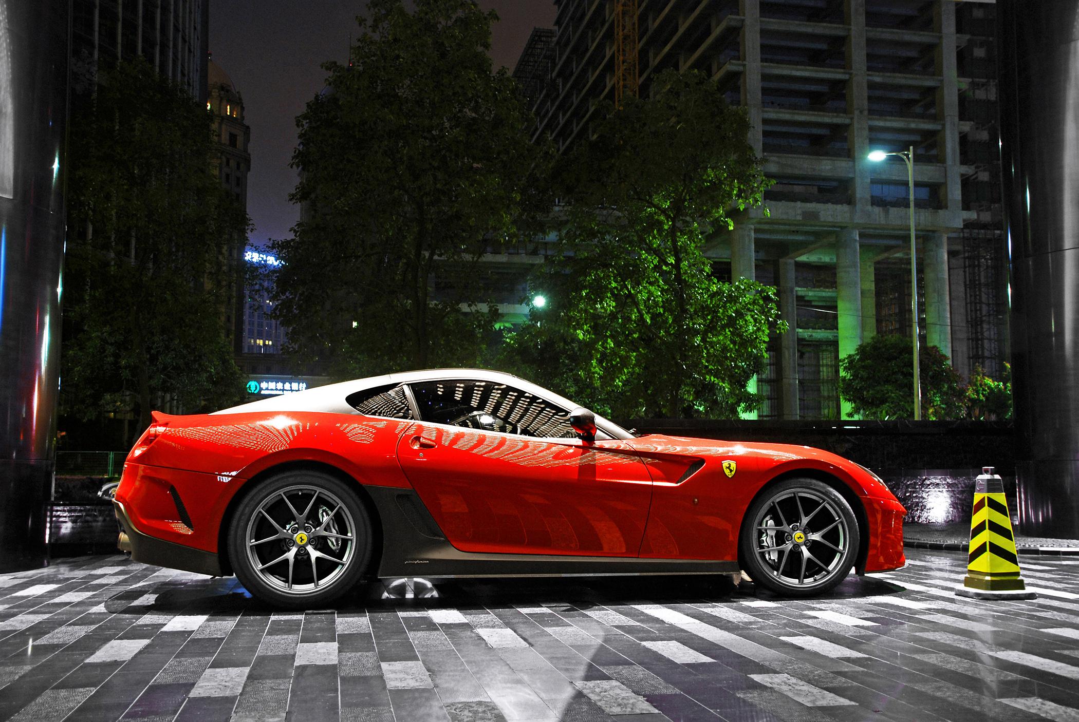 153626 télécharger le fond d'écran Ferrari, Voitures, Nuit, Ville, Imeuble, Bâtiment, Briller, Lumière, Parking, Gto, Supercar, 599 - économiseurs d'écran et images gratuitement