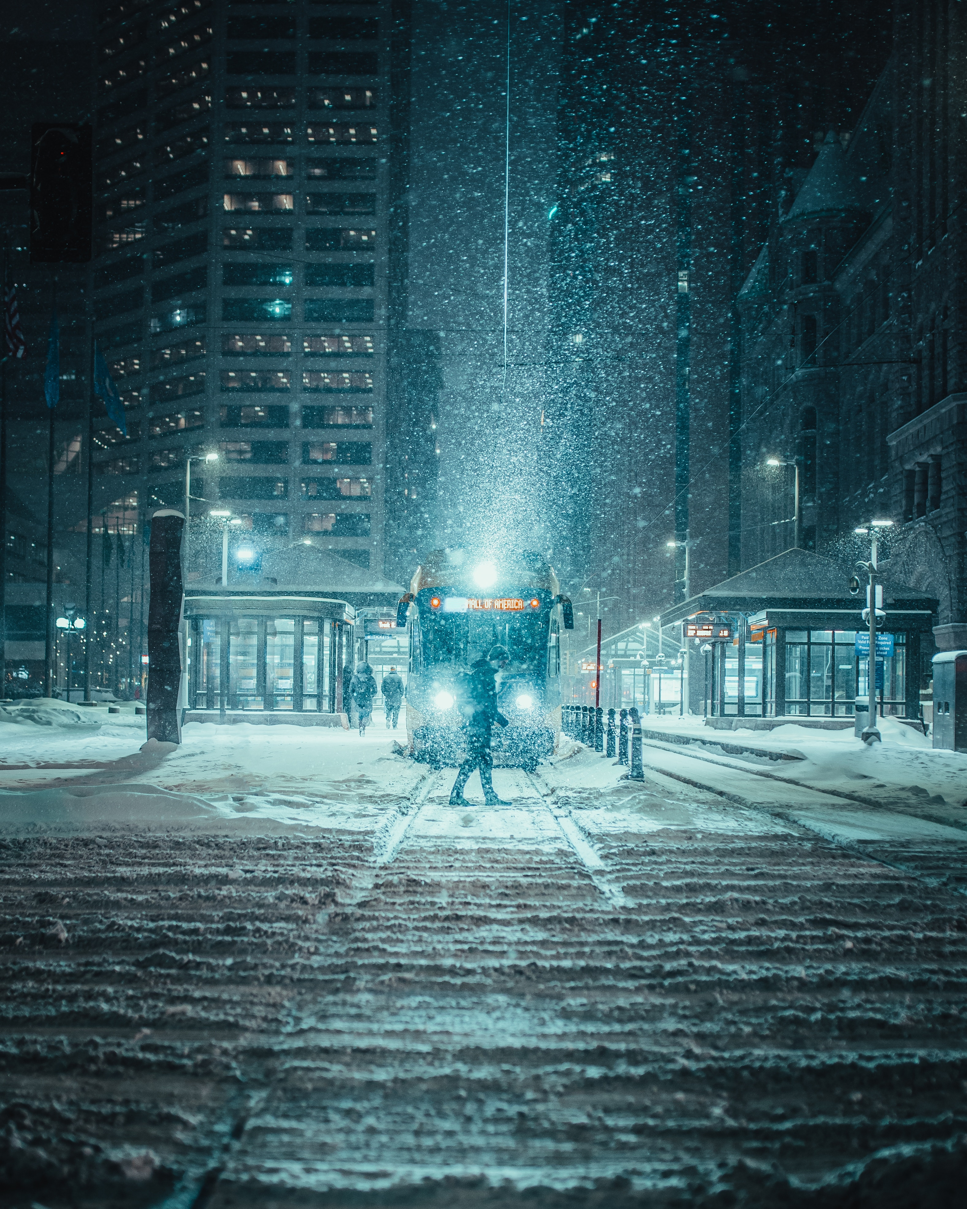 144313 скачать обои Снегопад, Ночь, Город, Транспорт, Зима, Города - заставки и картинки бесплатно