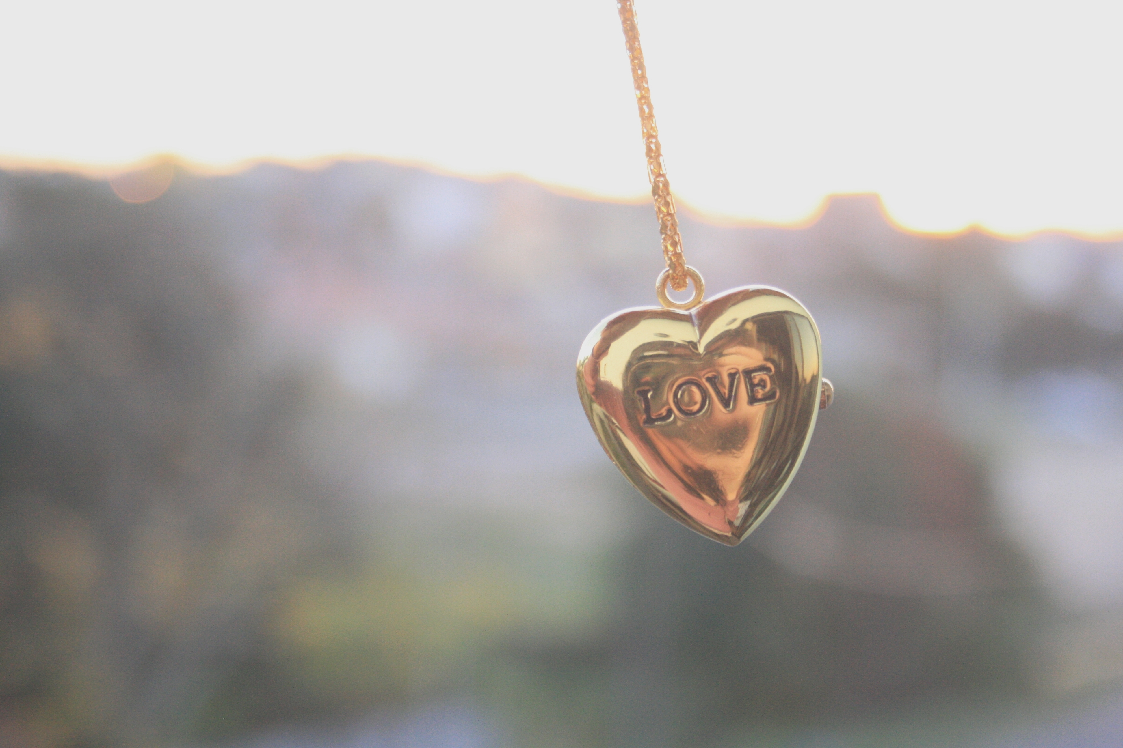 122194 download wallpaper Love, Mood, Decoration, Accessory, Chain, Pendant, Coulomb, Heart, Serdetschko screensavers and pictures for free