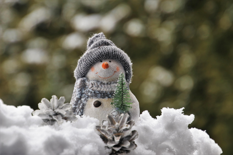 136709 Hintergrundbild herunterladen Feiertage, Weihnachten, Neujahr, Spielzeug, Schnee, Schneemann, Neues Jahr, Statuette - Bildschirmschoner und Bilder kostenlos