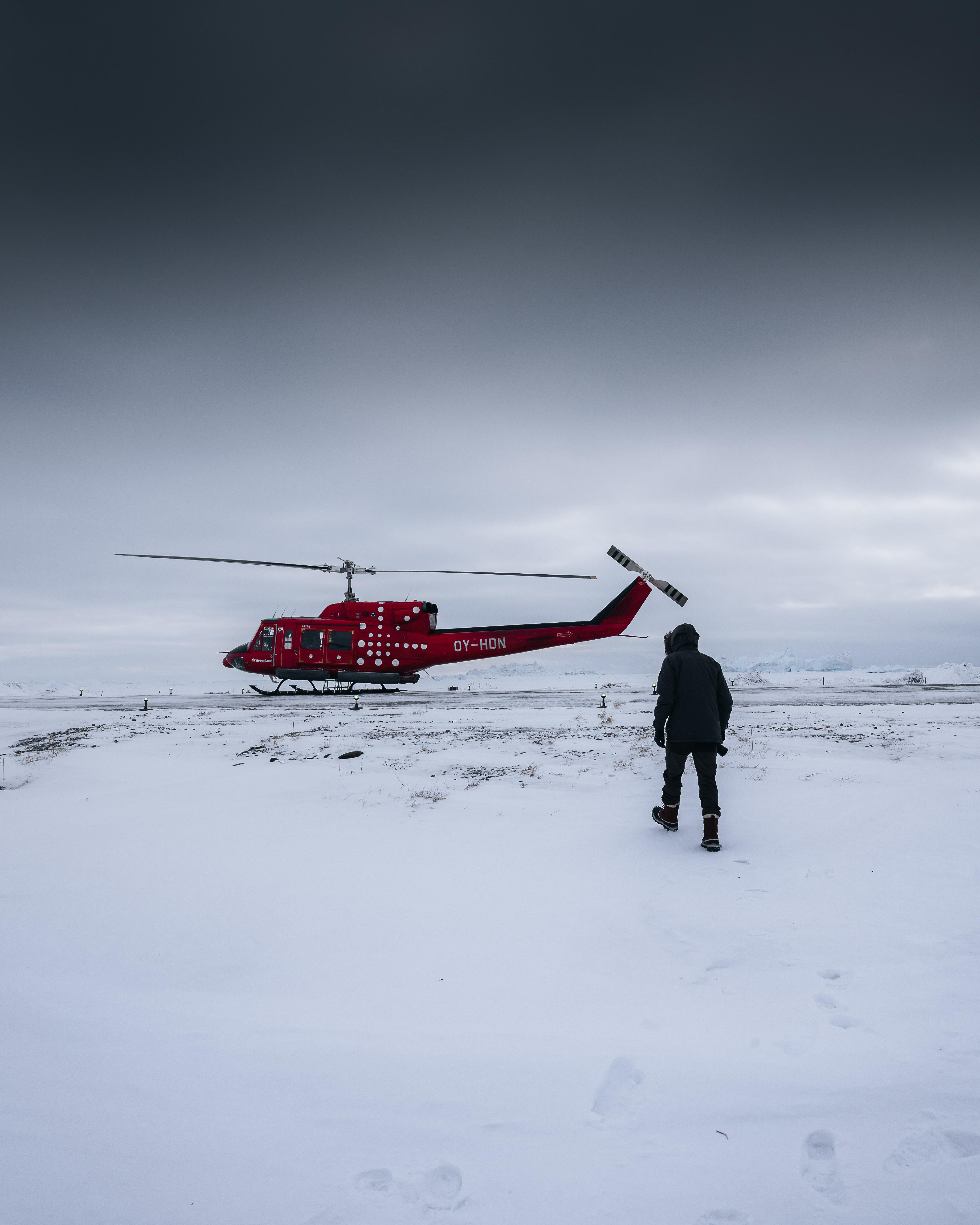 57308 Hintergrundbild herunterladen Winterreifen, Schnee, Hubschrauber, Verschiedenes, Sonstige, Mensch, Person - Bildschirmschoner und Bilder kostenlos