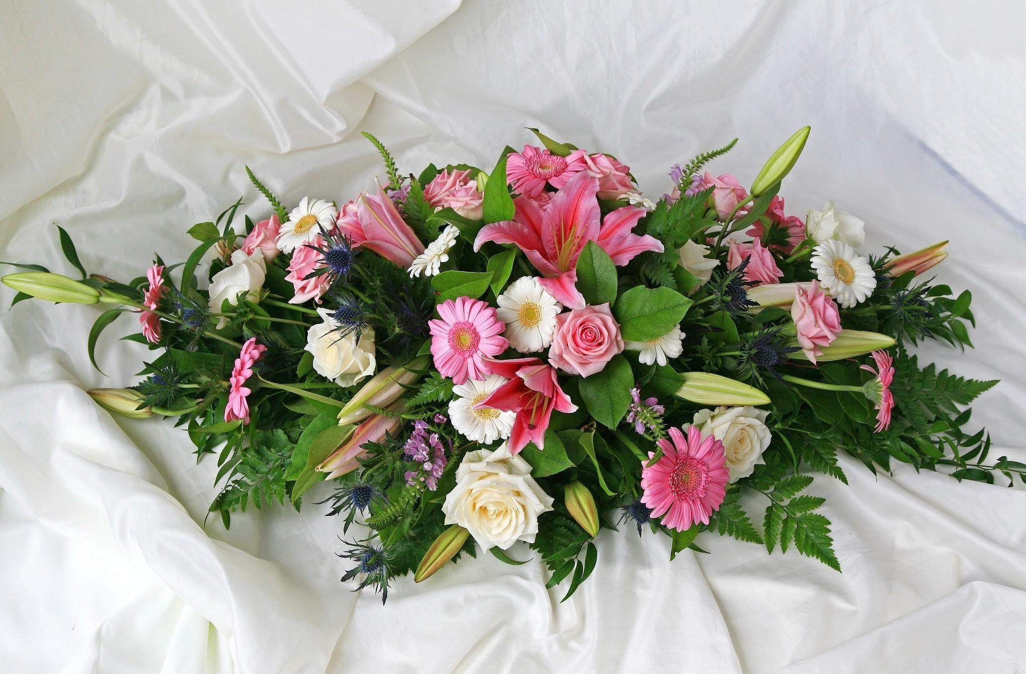 54881 télécharger le fond d'écran Fleurs, Lilies, Légumes Verts, Verdure, Composition, Le Tissu, Tissu, Roses, Gerberas - économiseurs d'écran et images gratuitement