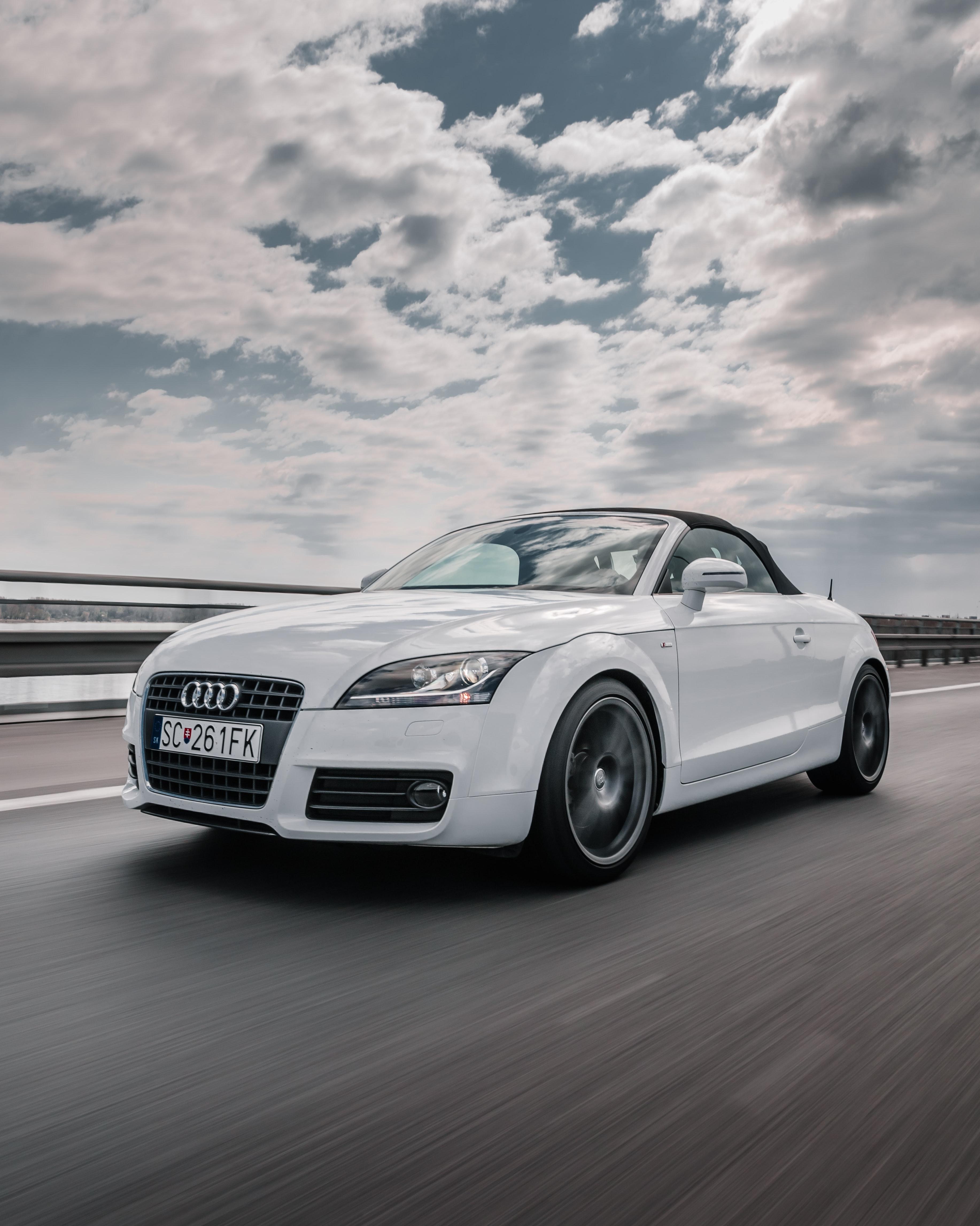 101942 скачать обои Тачки (Cars), Ауди (Audi), Машина, Вид Спереди, Движение, Белый - заставки и картинки бесплатно