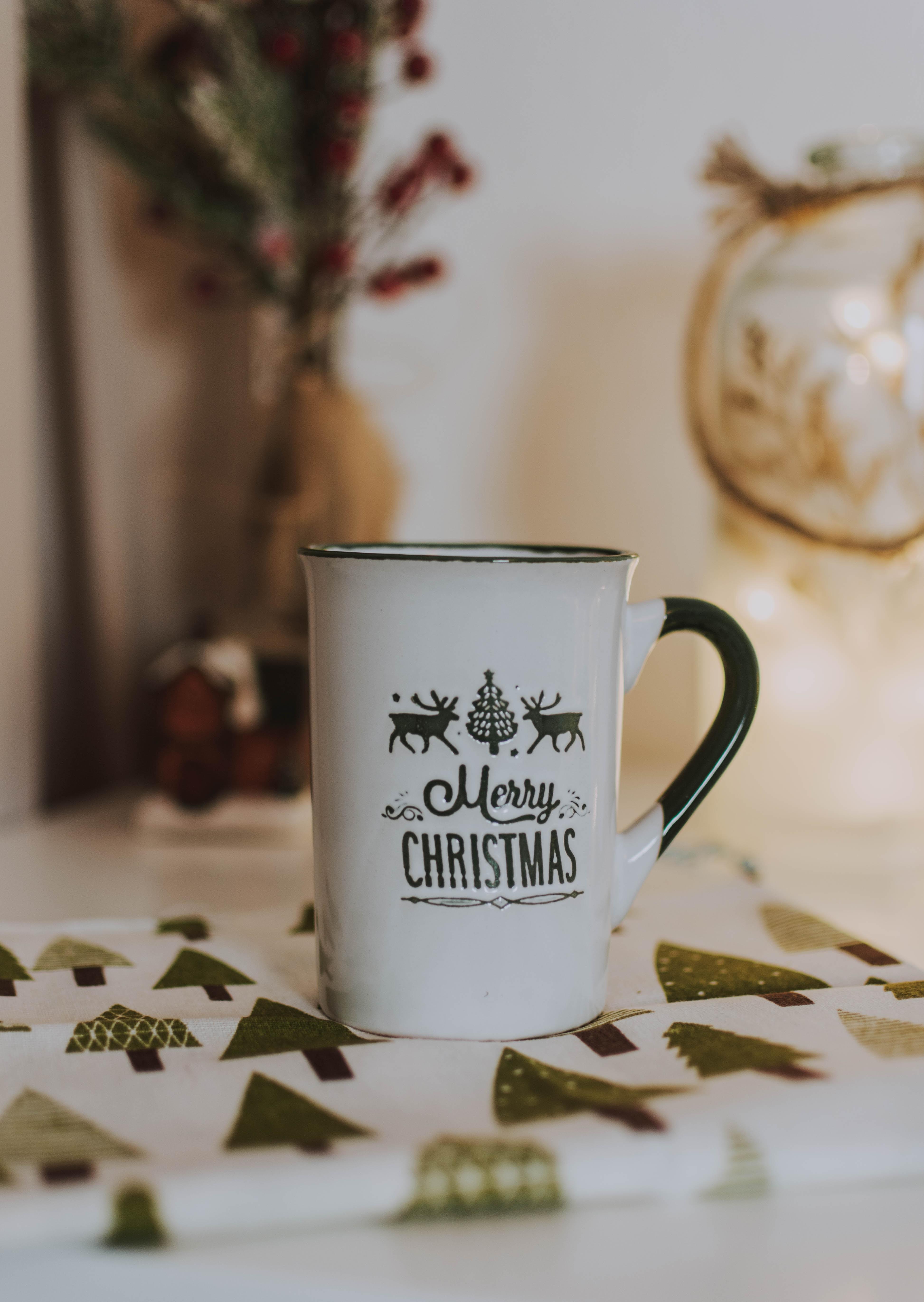 123953 Hintergrundbild herunterladen Feiertage, Weihnachten, Tasse, Urlaub, Inschrift, Becher, Festlich, Festliche - Bildschirmschoner und Bilder kostenlos