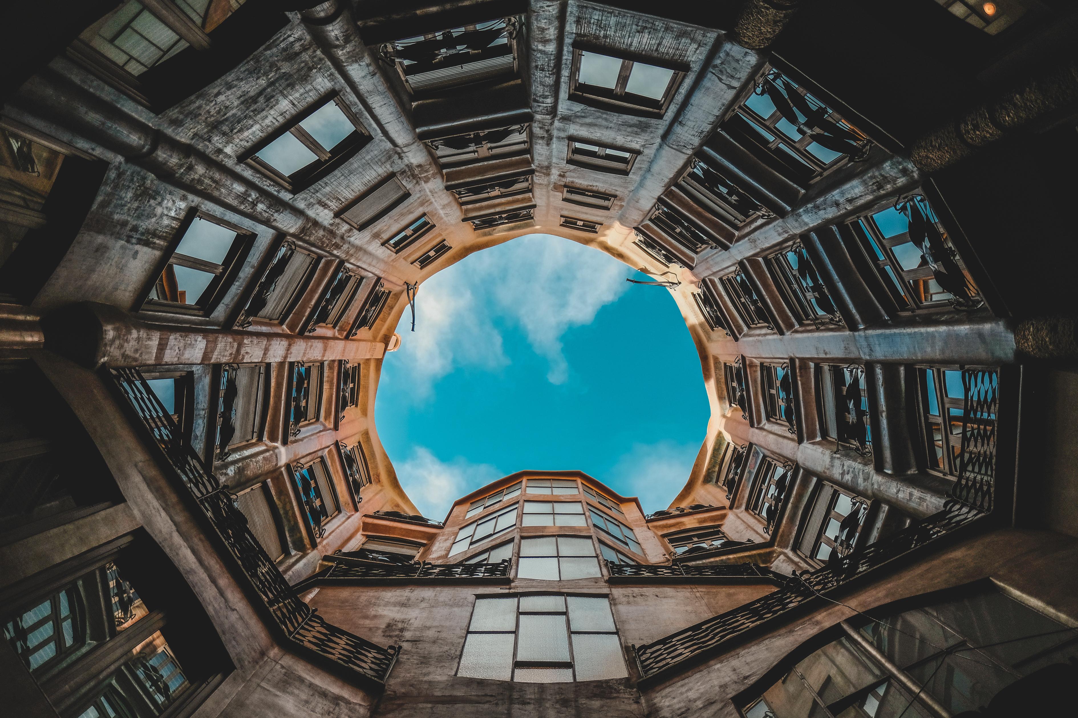 116575 baixar papel de parede Cidades, Céu, Barcelona, Prédio, Edifício, Fachada, Espanha, Vista De Baixo, Vista Inferior - protetores de tela e imagens gratuitamente