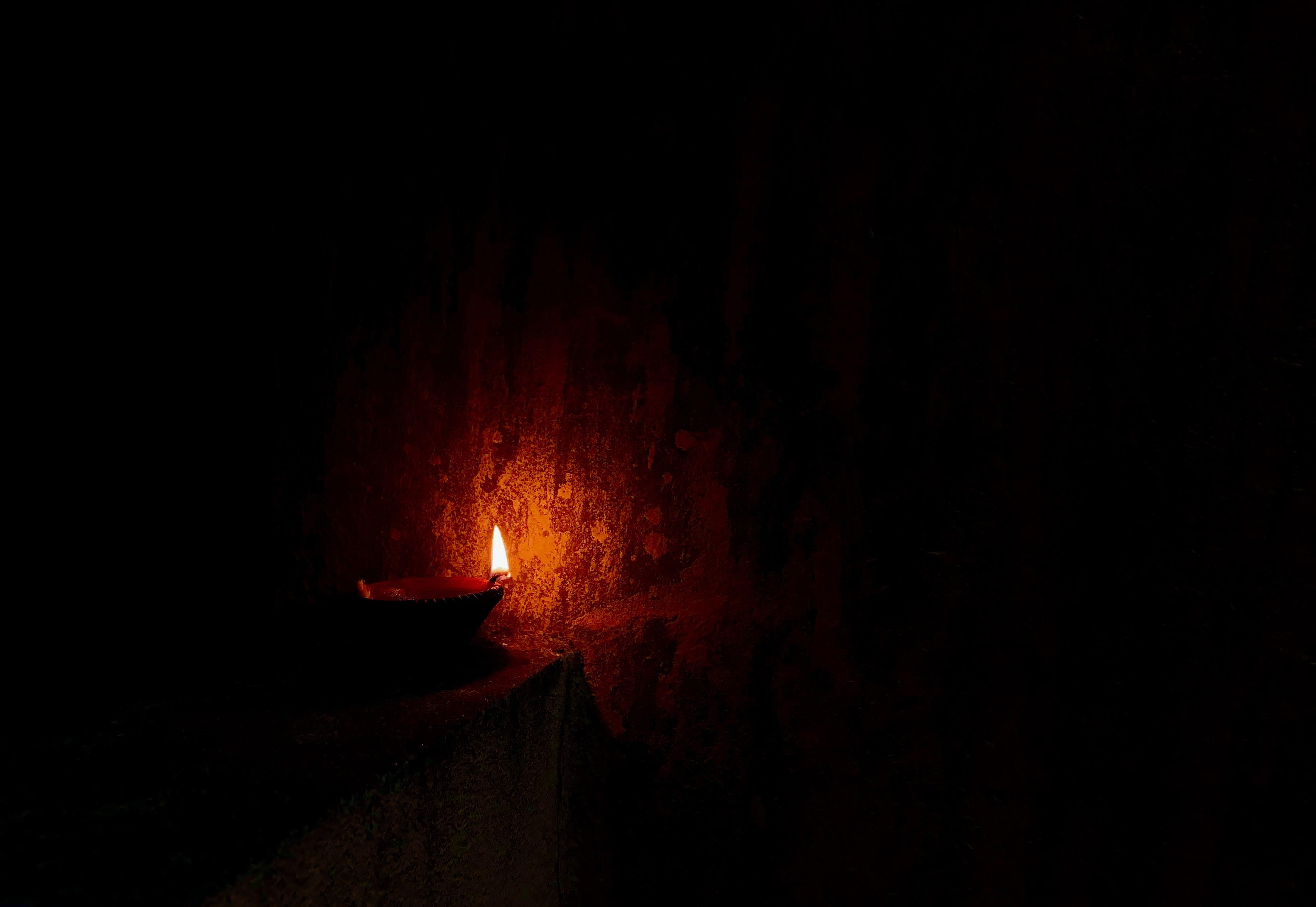153381 免費下載壁紙 黑暗的, 黑暗, 蜡烛, 火, 闪耀, 光 屏保和圖片