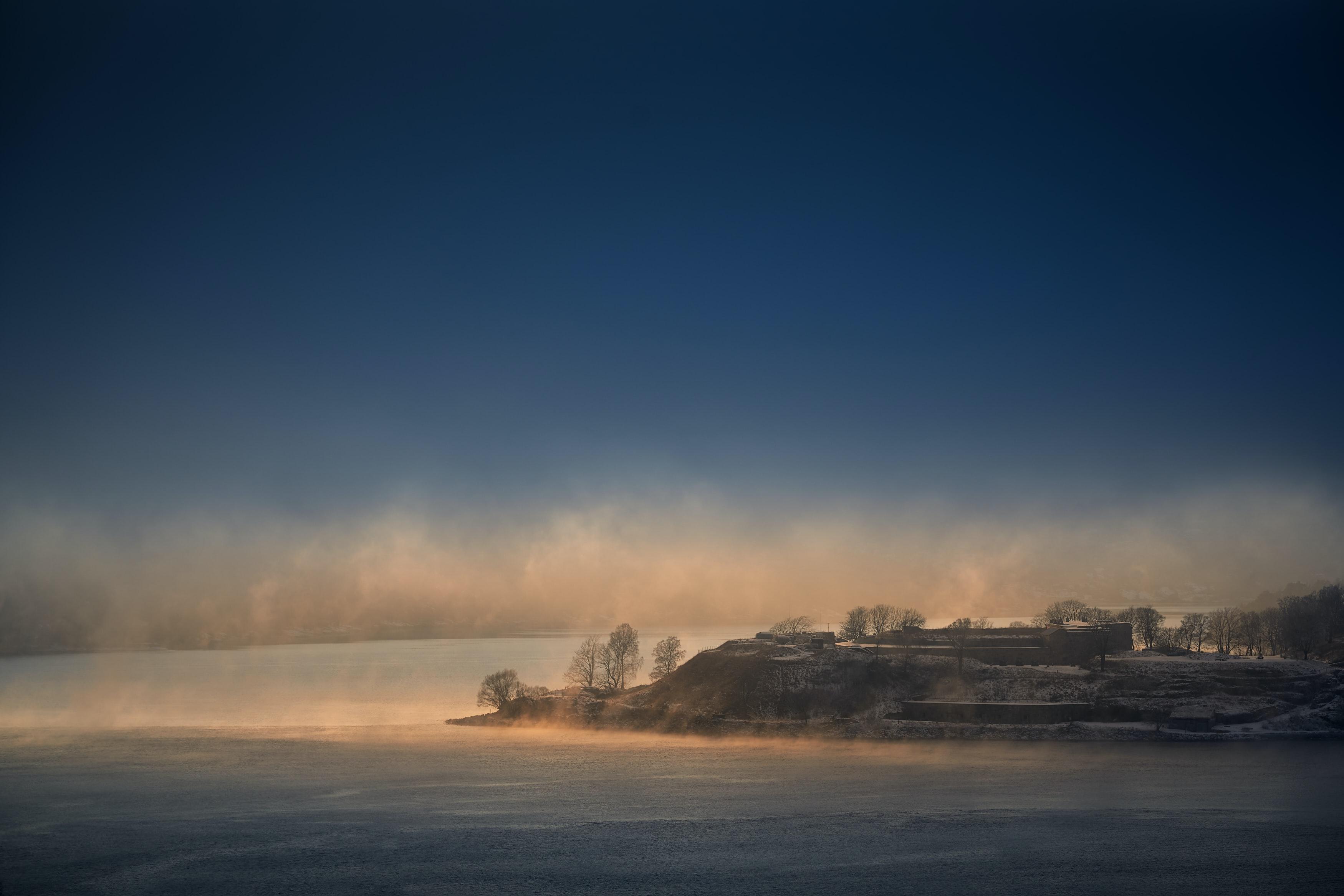 90596 скачать обои Пейзаж, Туман, Природа, Море, Облака, Остров - заставки и картинки бесплатно