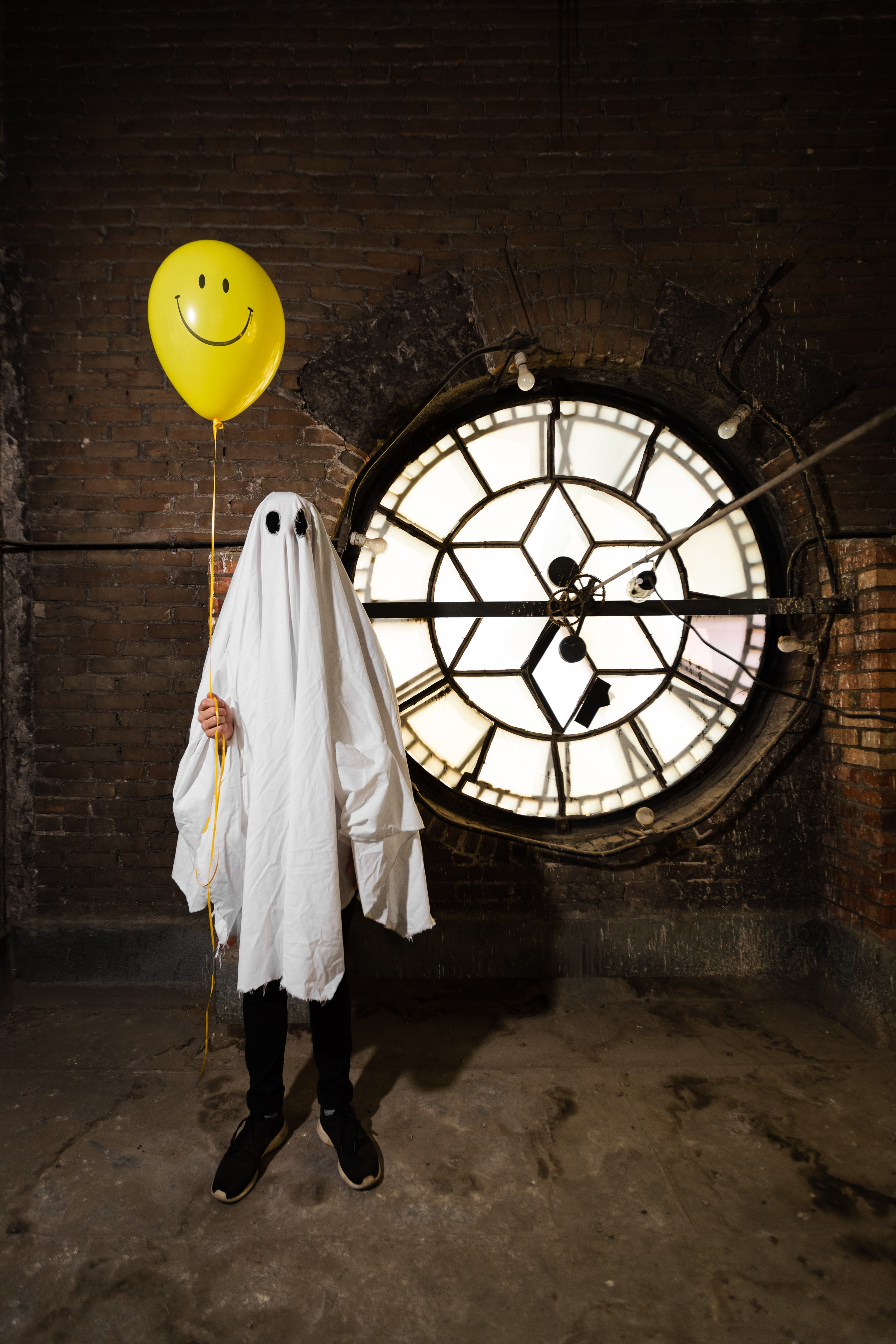 101207 download wallpaper Miscellanea, Miscellaneous, Ghost, Halloween, Outfit, Attire, Smile, Ball screensavers and pictures for free