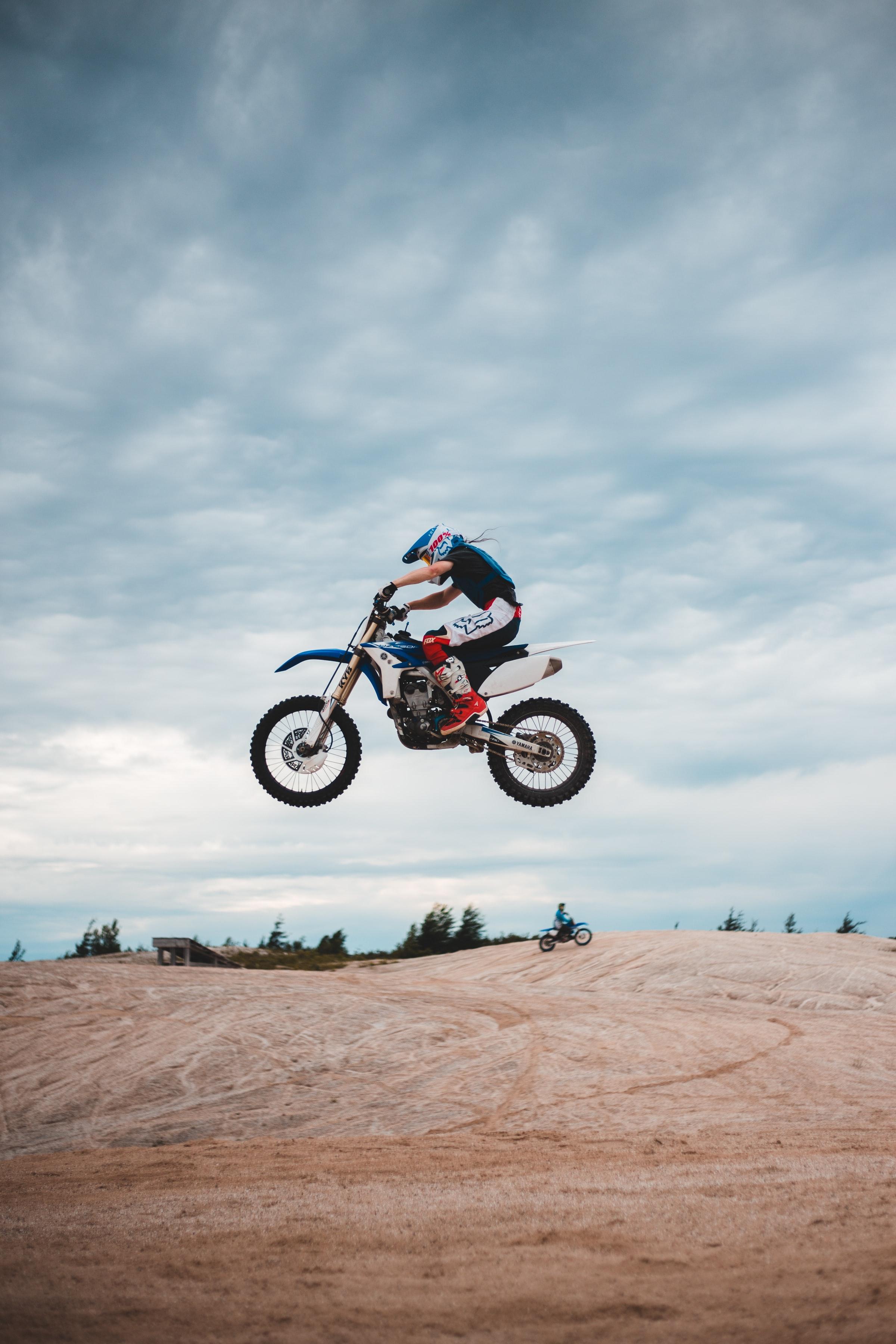 143457 Hintergrundbild herunterladen Motorräder, Motorradfahrer, Seitenansicht, Helm, Motorrad, Fahrrad, Prallen, Springen - Bildschirmschoner und Bilder kostenlos