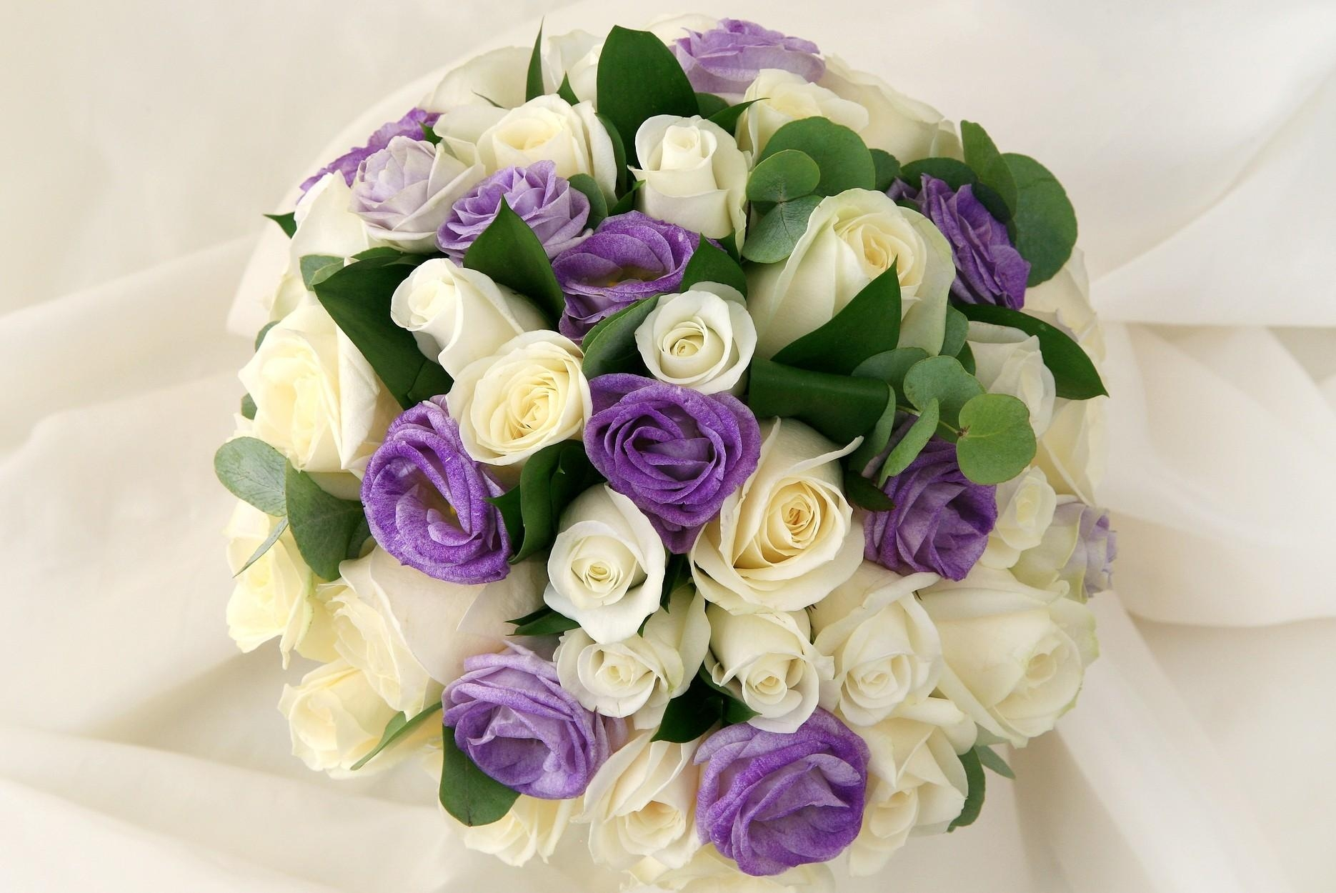 107657 download wallpaper Flowers, Lisianthus Russell, Lisiantus Russell, Leaves, Bouquet, Handsomely, It's Beautiful, Roses screensavers and pictures for free