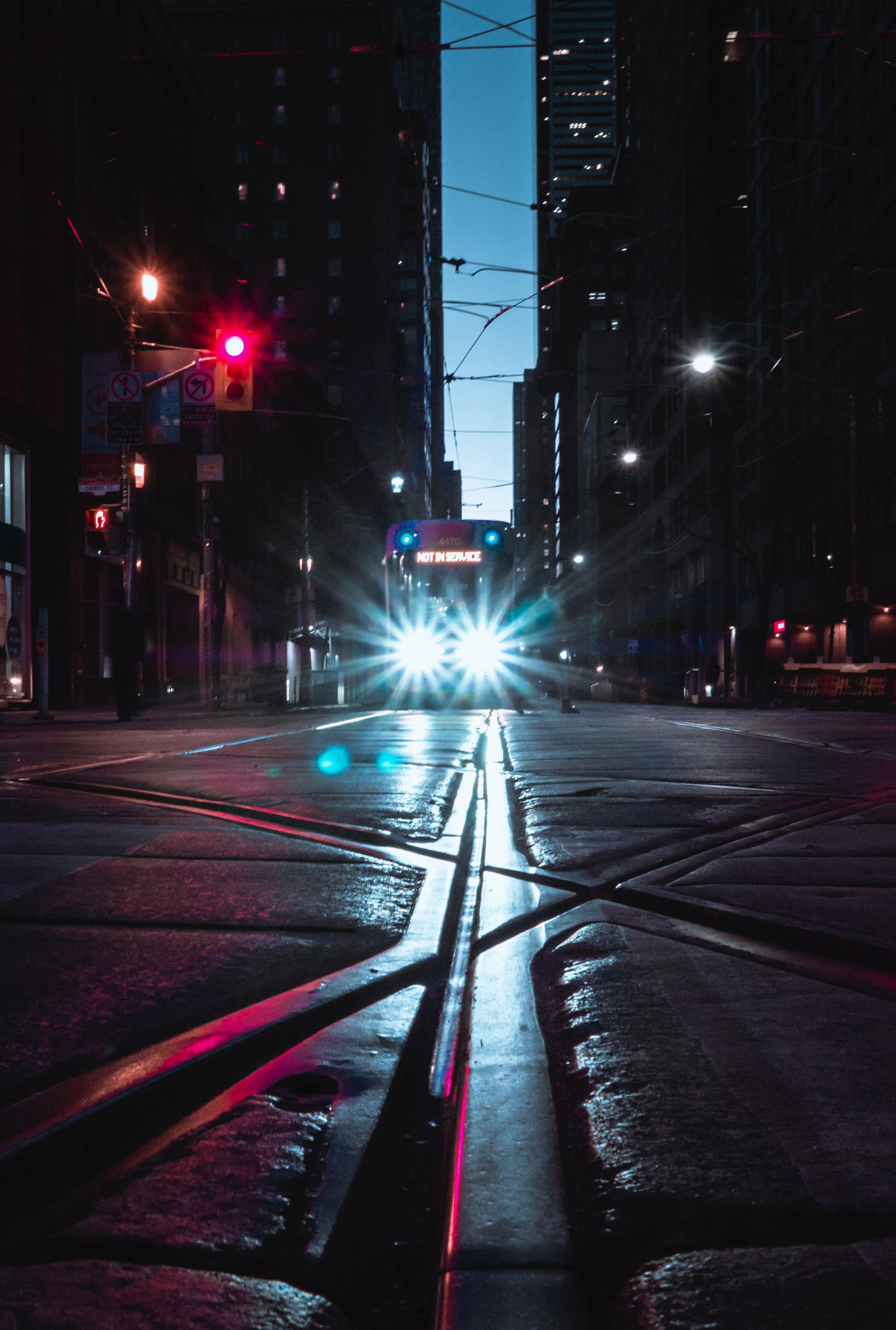 51737 скачать обои Транспорт, Ночной Город, Свет, Фары, Дорога, Города - заставки и картинки бесплатно